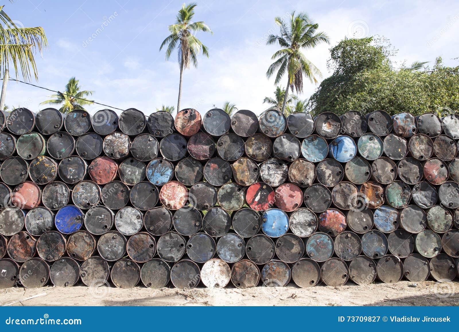 与空的金属的被堆的上流滚磨,努沙Penida巴厘岛,印度尼西亚