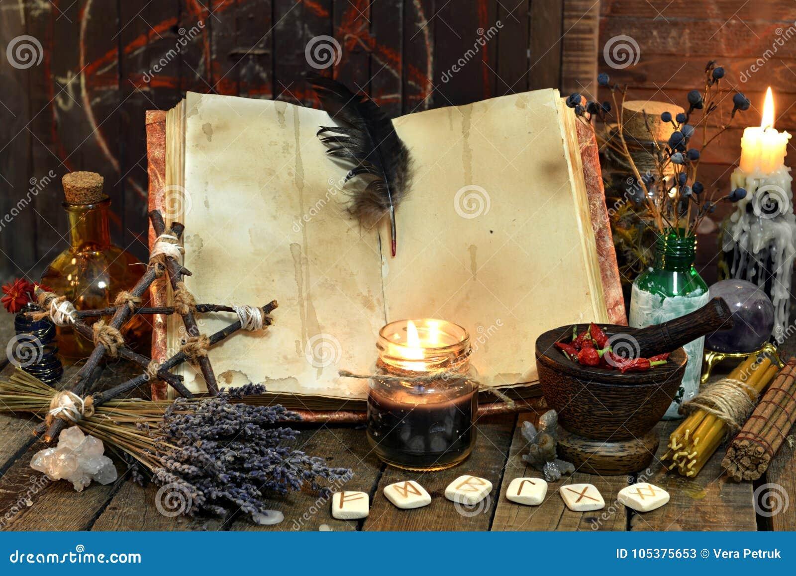 与空的页、淡紫色花、五角星形和巫术的老巫婆书反对