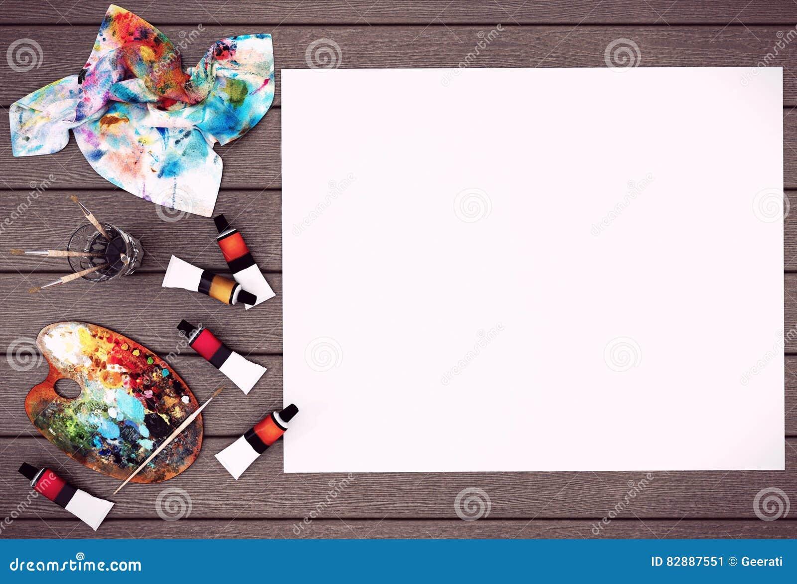 与空间的空的白色大字报嘲笑的在与色板显示、油漆刷和油漆颜色的木背景