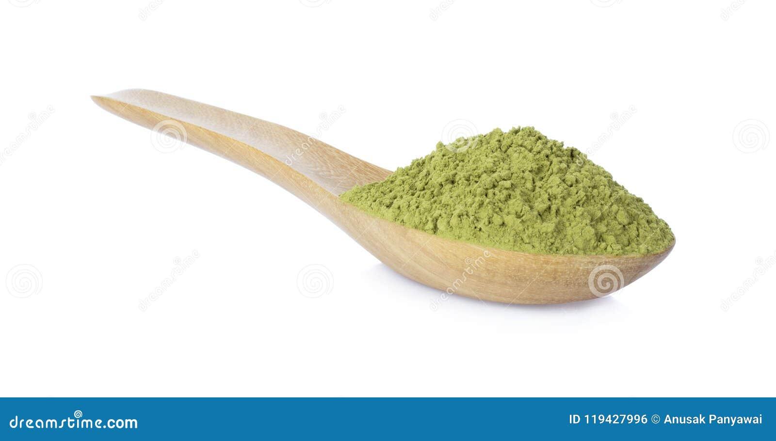 与竹匙子的粉末绿茶在白色背景
