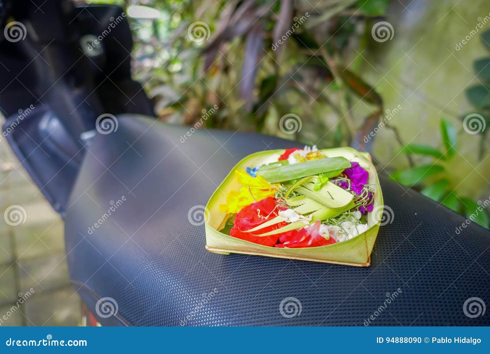 与箱子的一个市场由叶子制成,在花的安排里面在一motorcyle,在市登巴萨在印度尼西亚