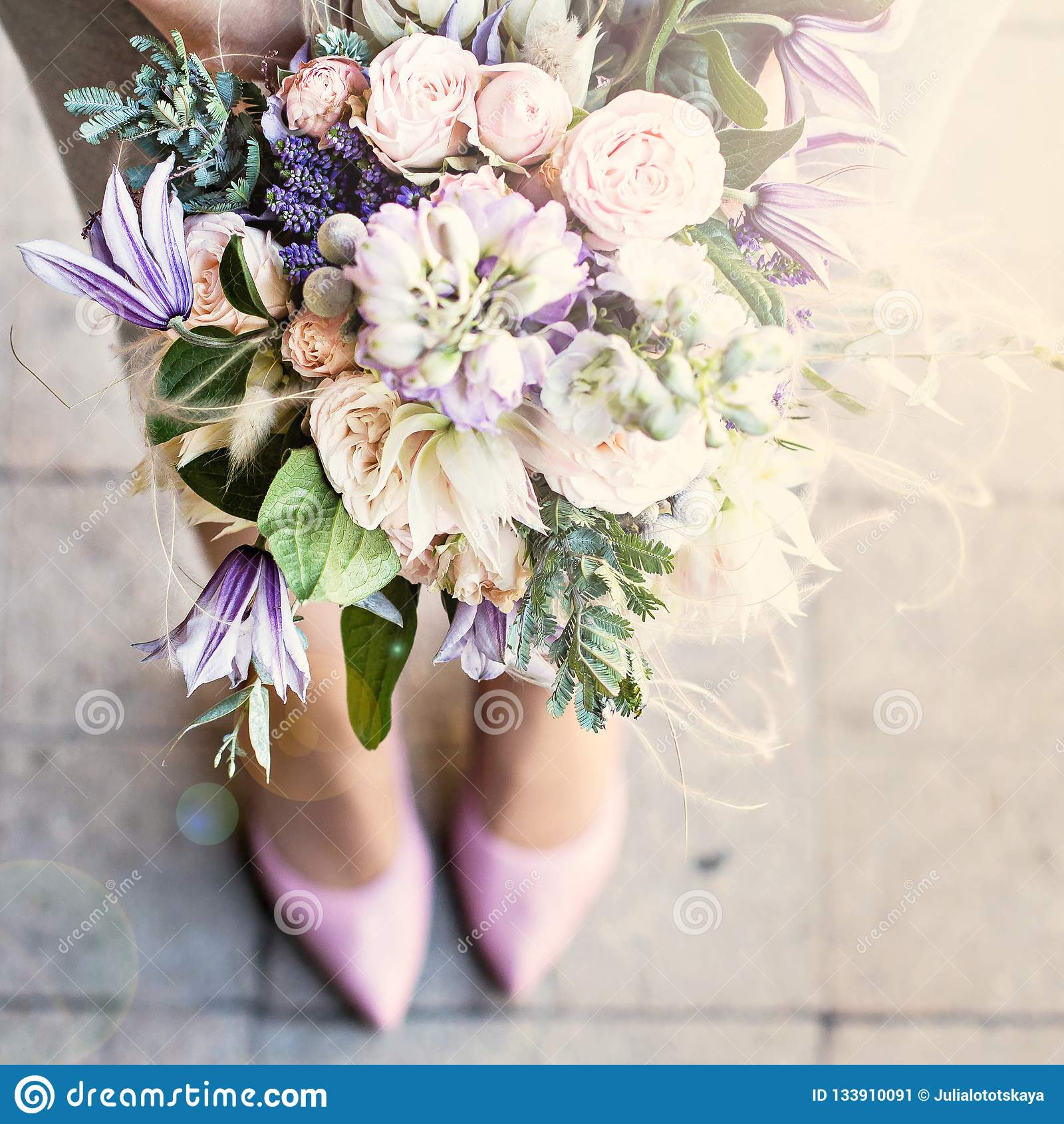 与精美花的美丽的花束 桃红色白色紫色花束 新娘花束在女性手上