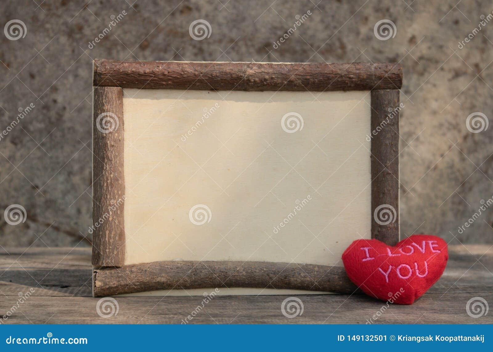 与红心的木制框架在木桌上