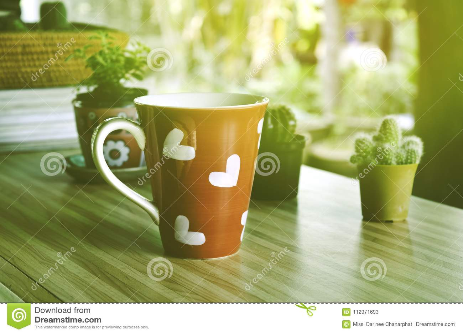 与红色咖啡心形的心脏的早晨咖啡