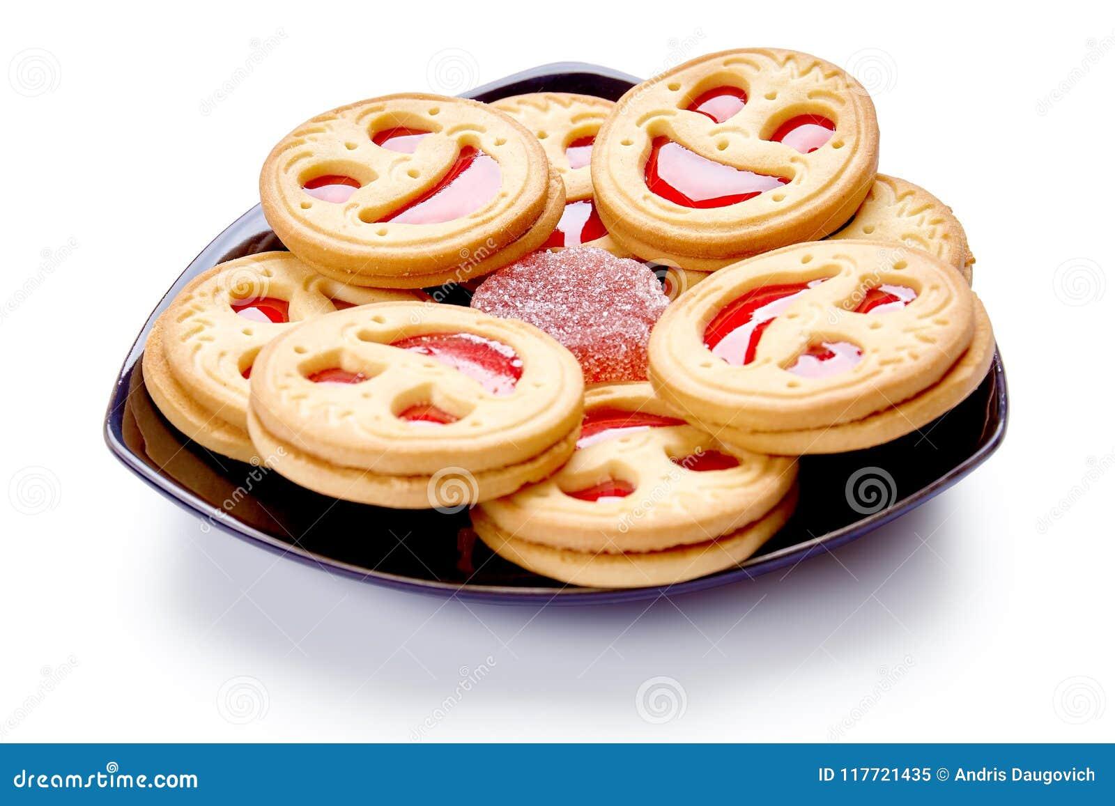 与红色果冻的微笑饼干 背景查出的白色