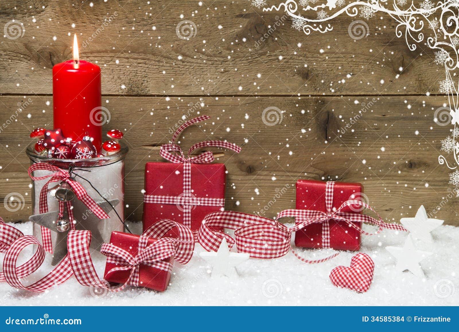 与红色灼烧的蜡烛和礼物的大气圣诞卡