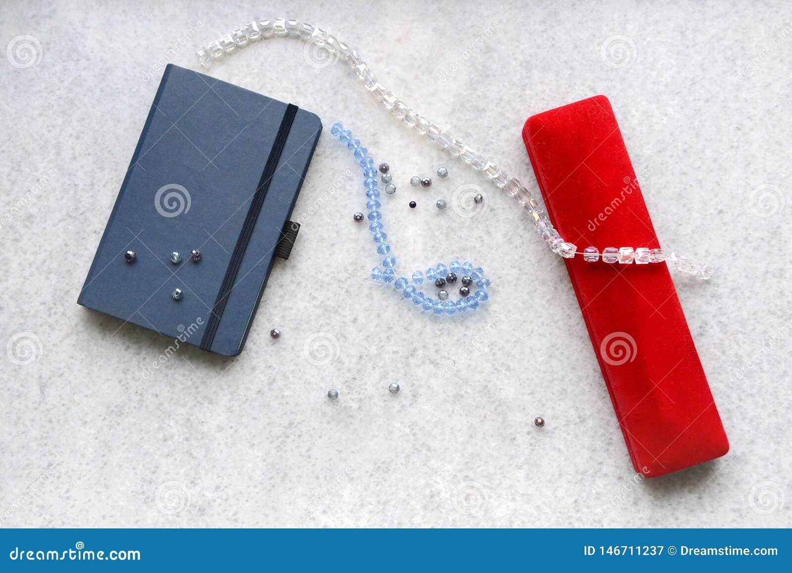 与红色箱子的蓝色copebook