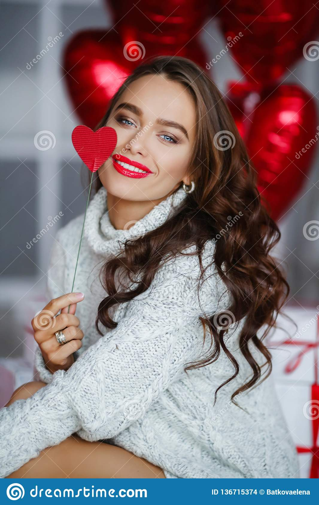 与红色轻快优雅的时尚深色的女孩模型