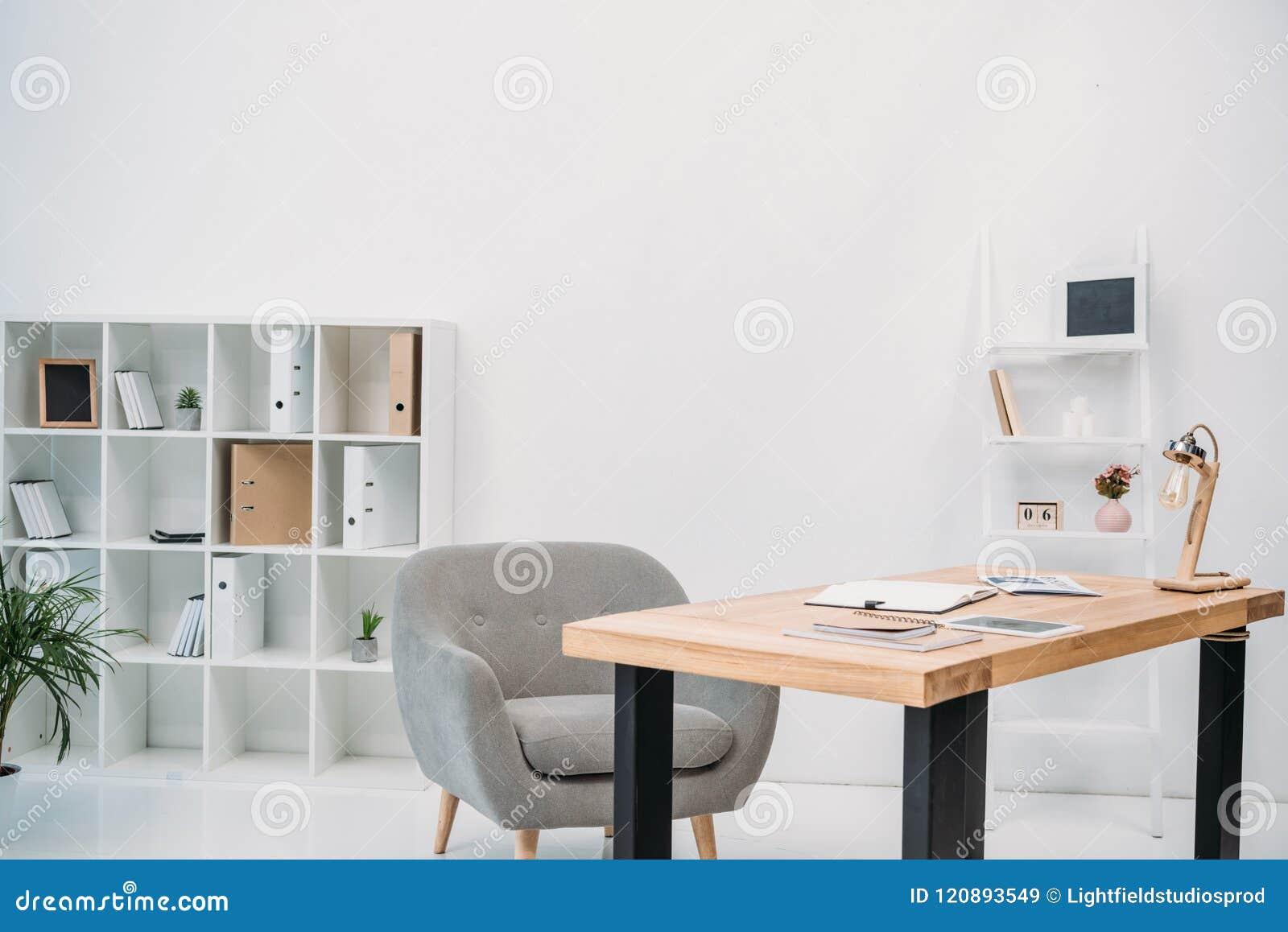 与纸和数字式片剂的现代办公室内部