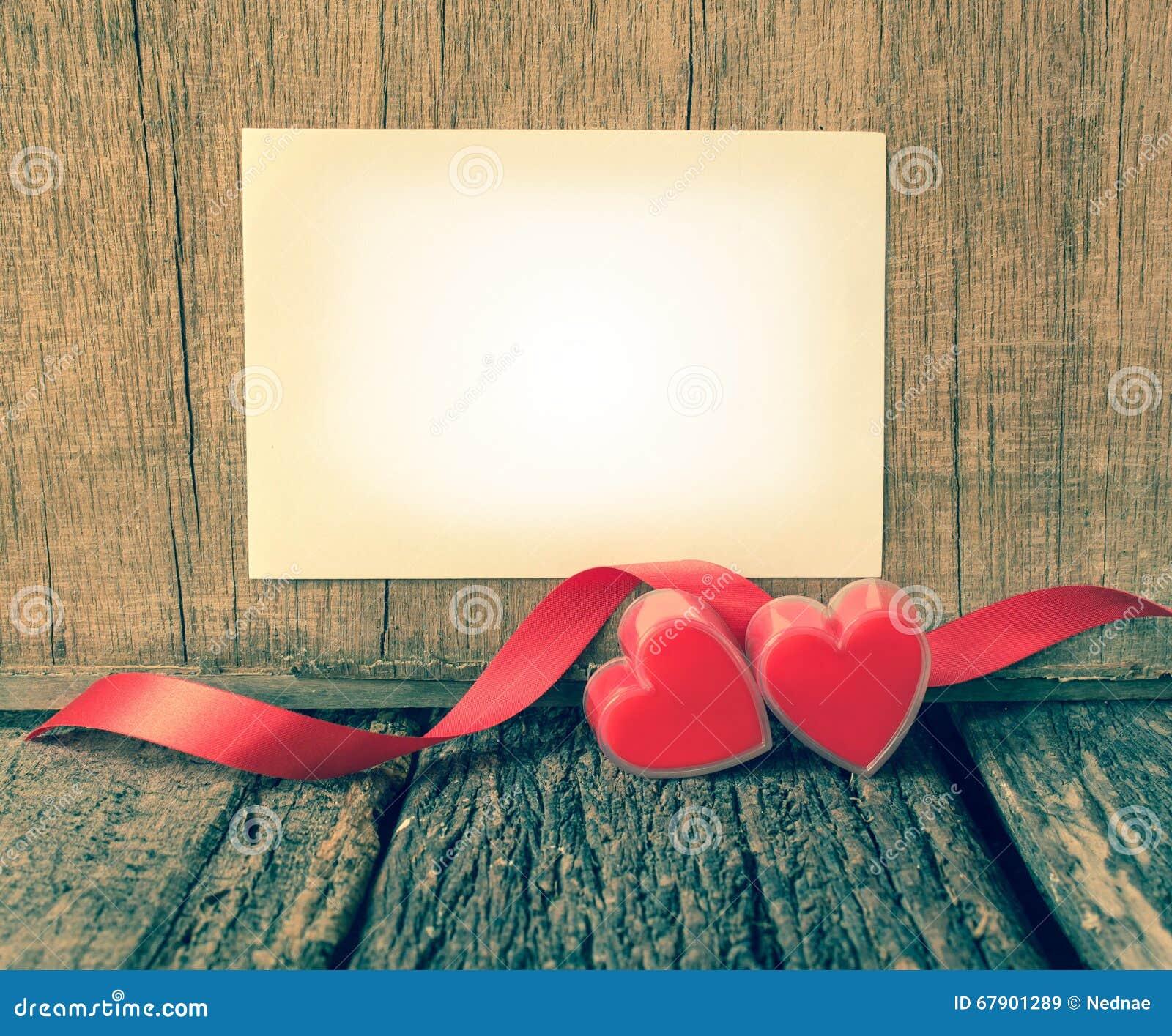 与纸的红色心脏文本的