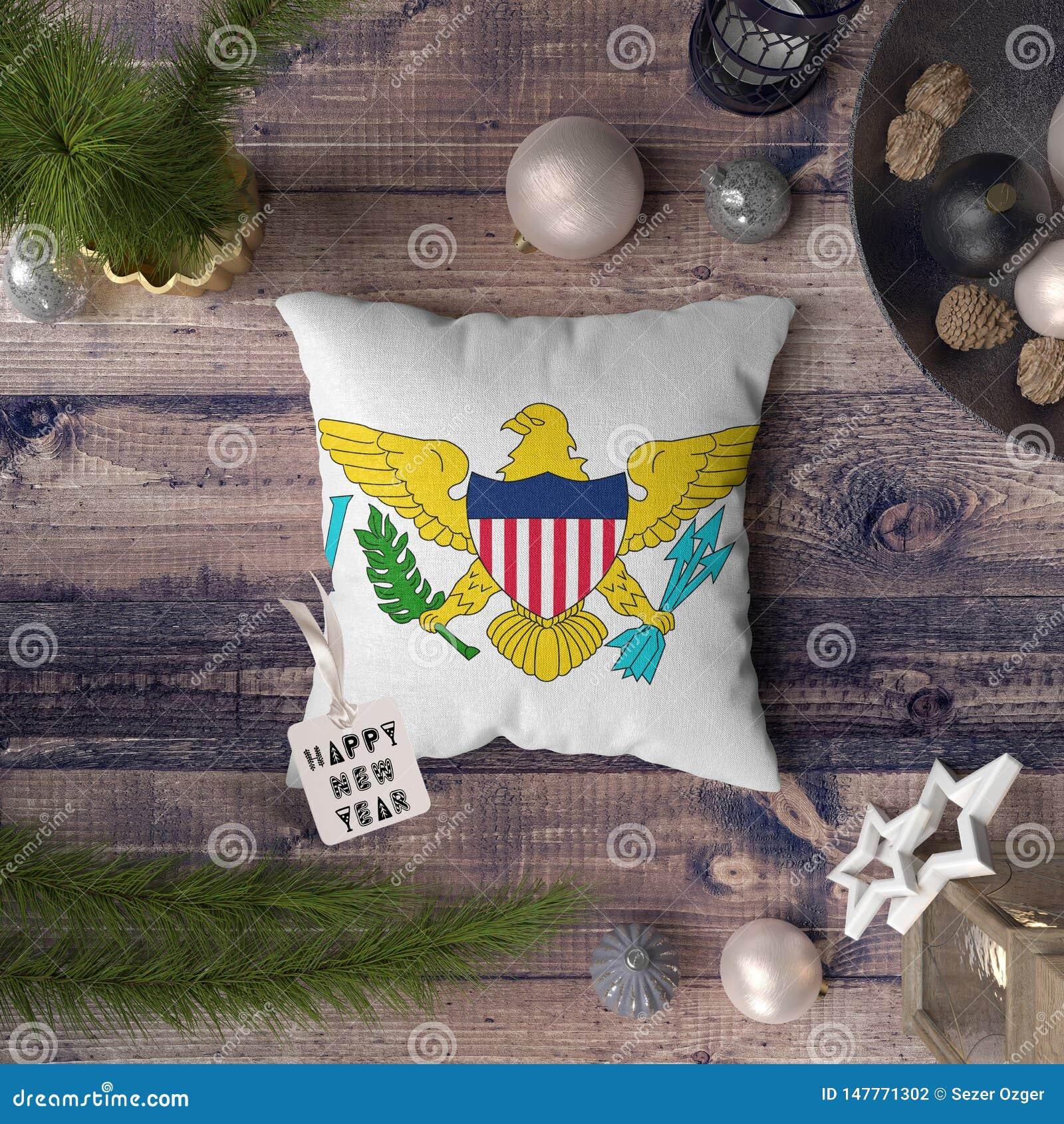 与维尔京群岛美国旗子的新年快乐标记在枕头 在木桌上的圣诞装饰概念与可爱