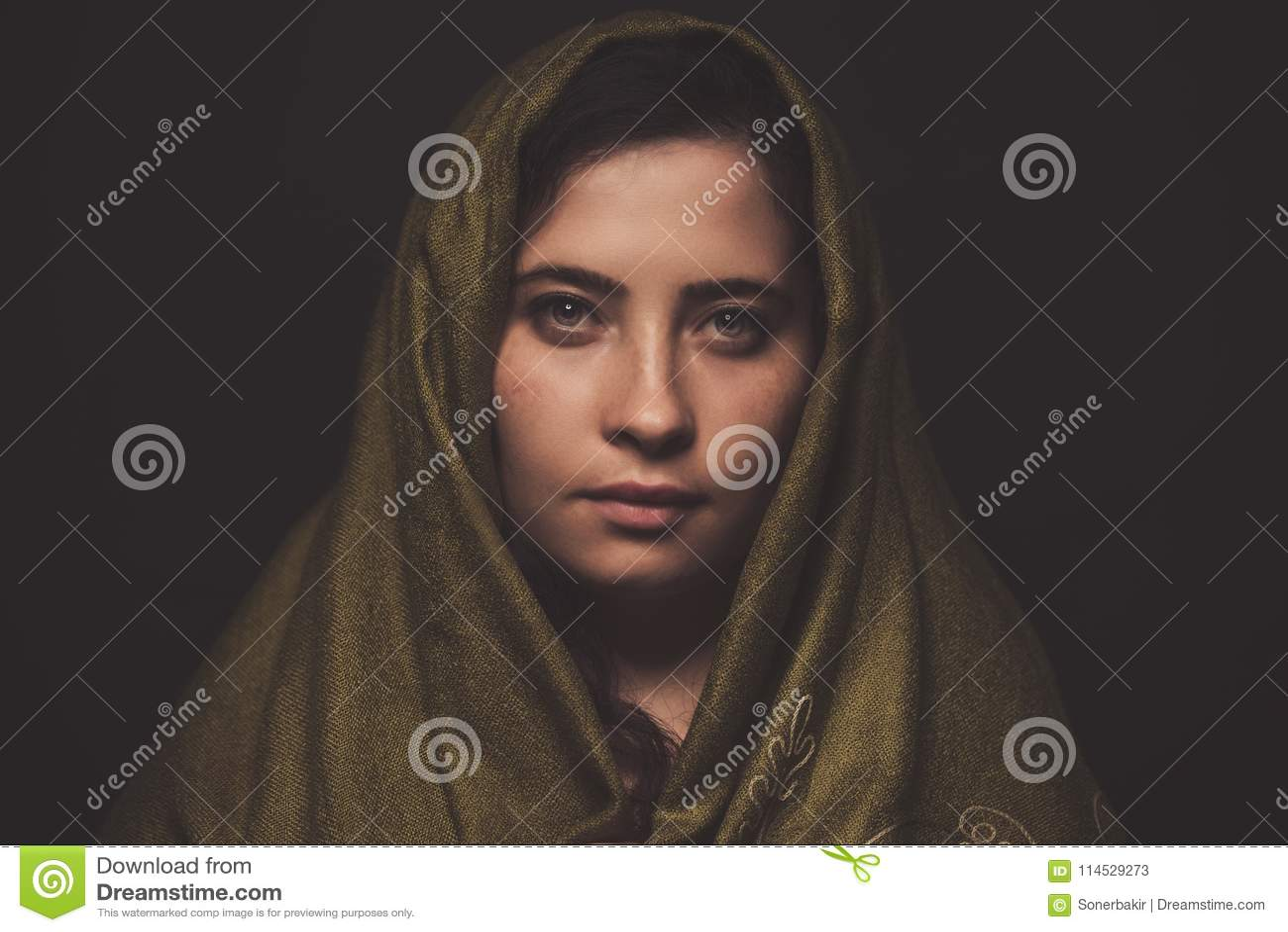 与绿色围巾在她的头,演播室射击的美丽的妇女画象