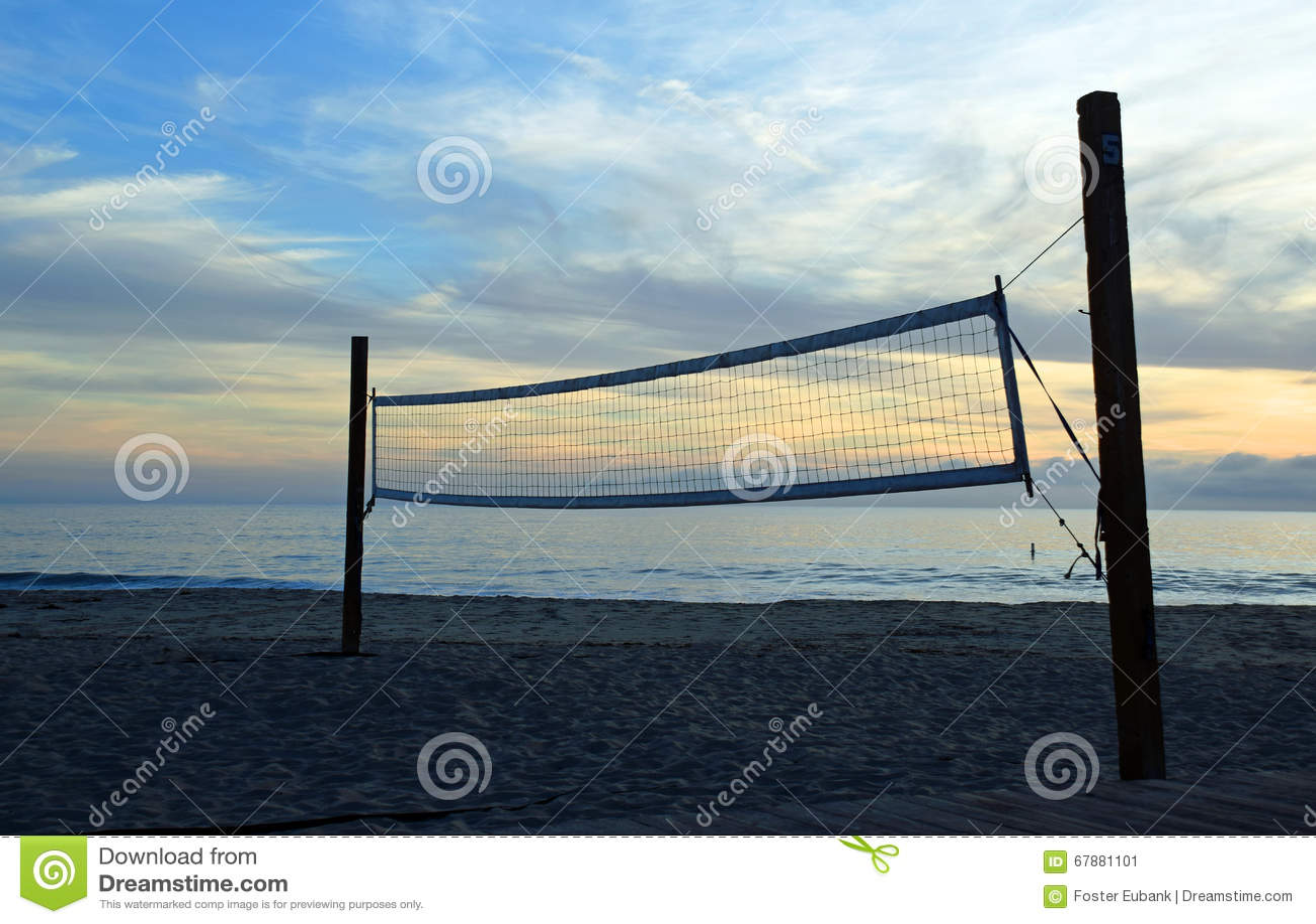 与网的空的vollyball法院在拉古纳海滩,加利福尼亚的主要海滩