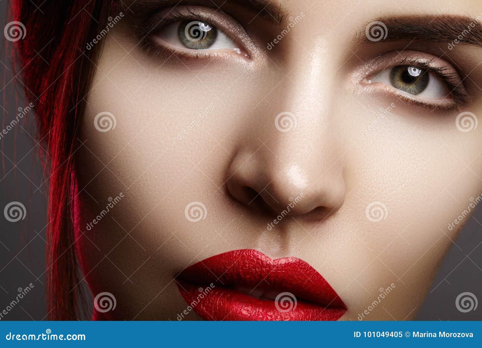 与美丽的妇女面孔的特写镜头画象 时尚嘴唇构成,席子唇膏的红颜色 构成和化妆用品