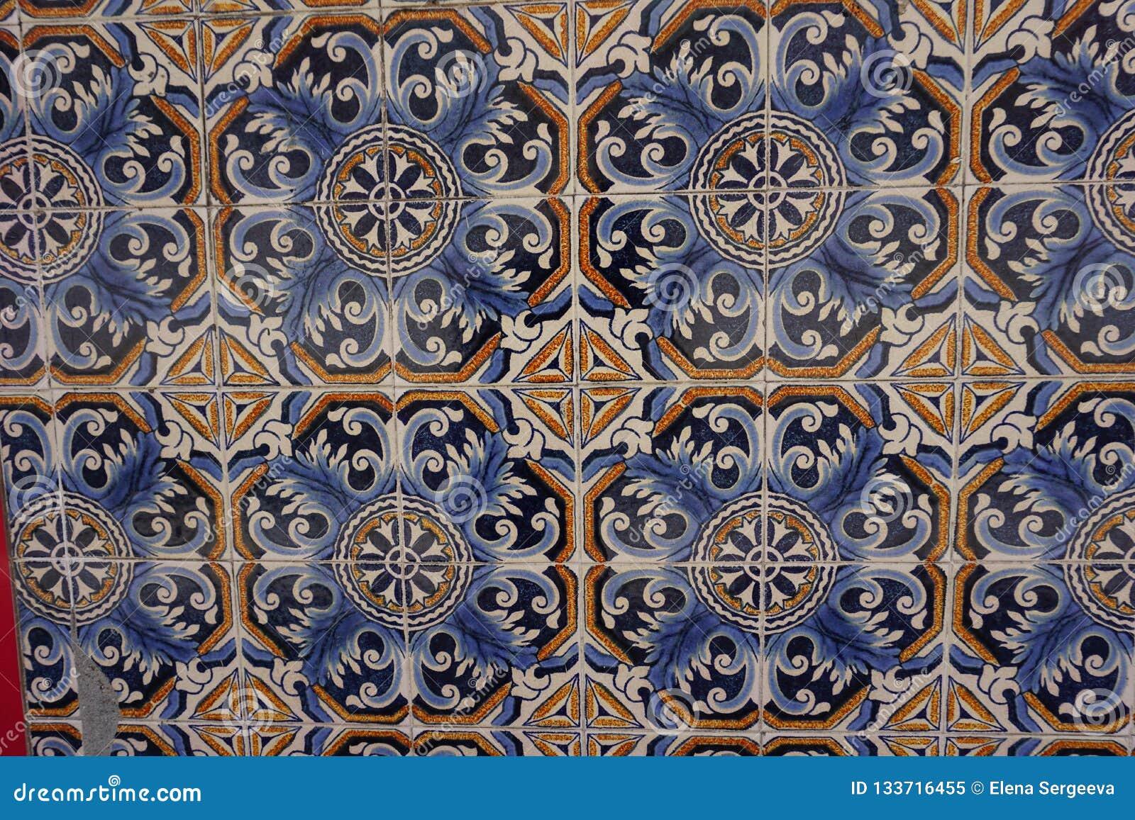 与美丽的蓝色和橙色花饰的Azulejos
