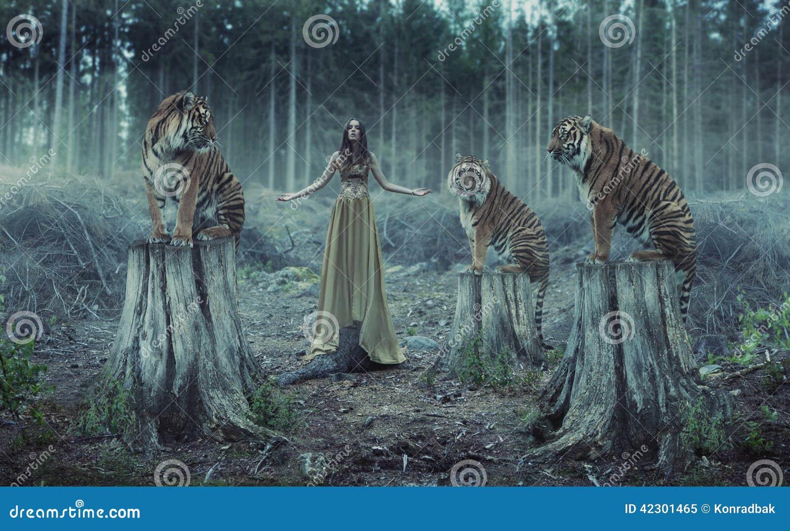 与老虎的可爱的女性教练员