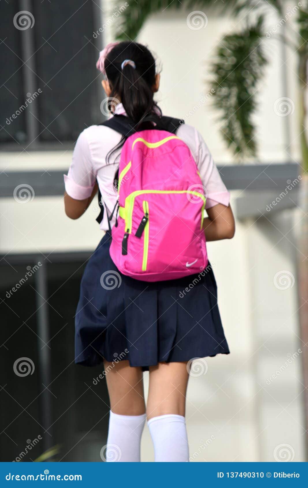 与背包的女生青少年
