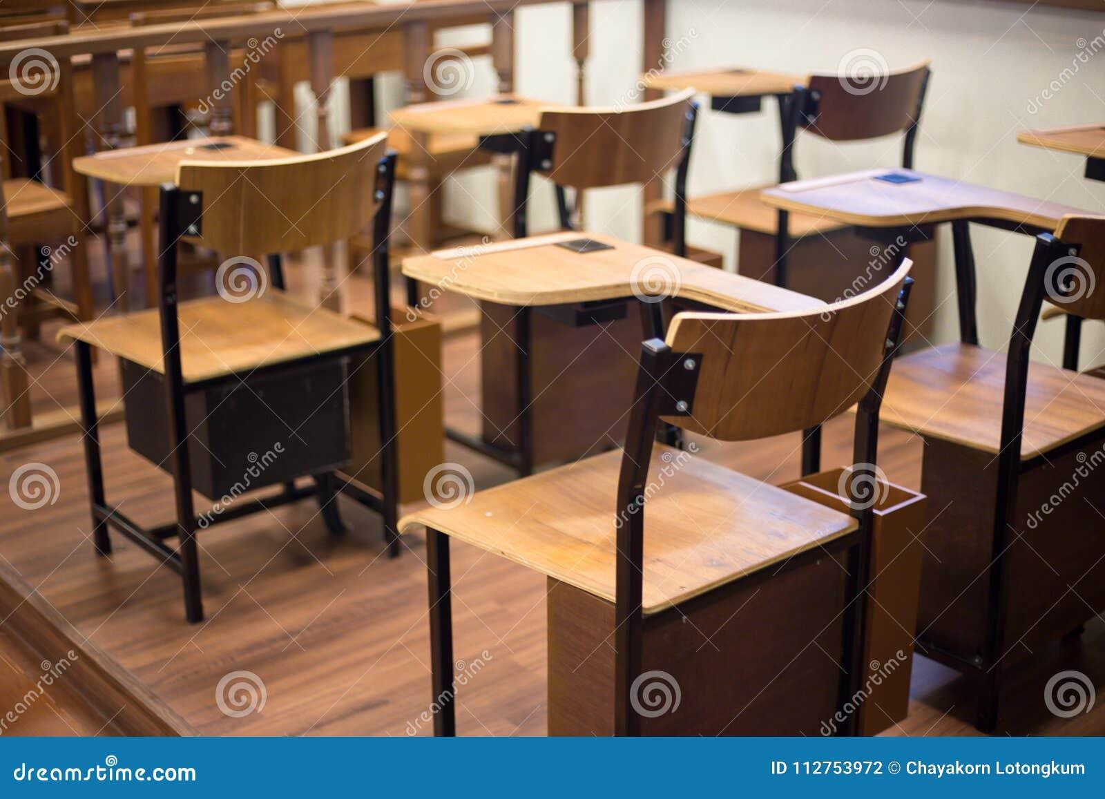 与胳膊酒吧的经典教室椅子