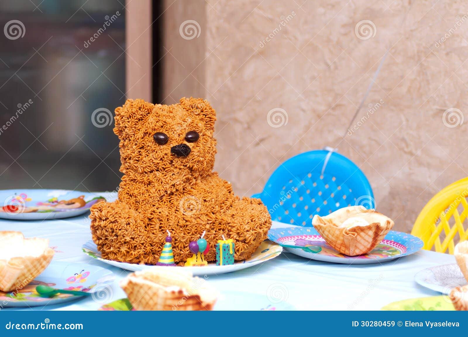 孩子的自创奶油蛋糕熊。