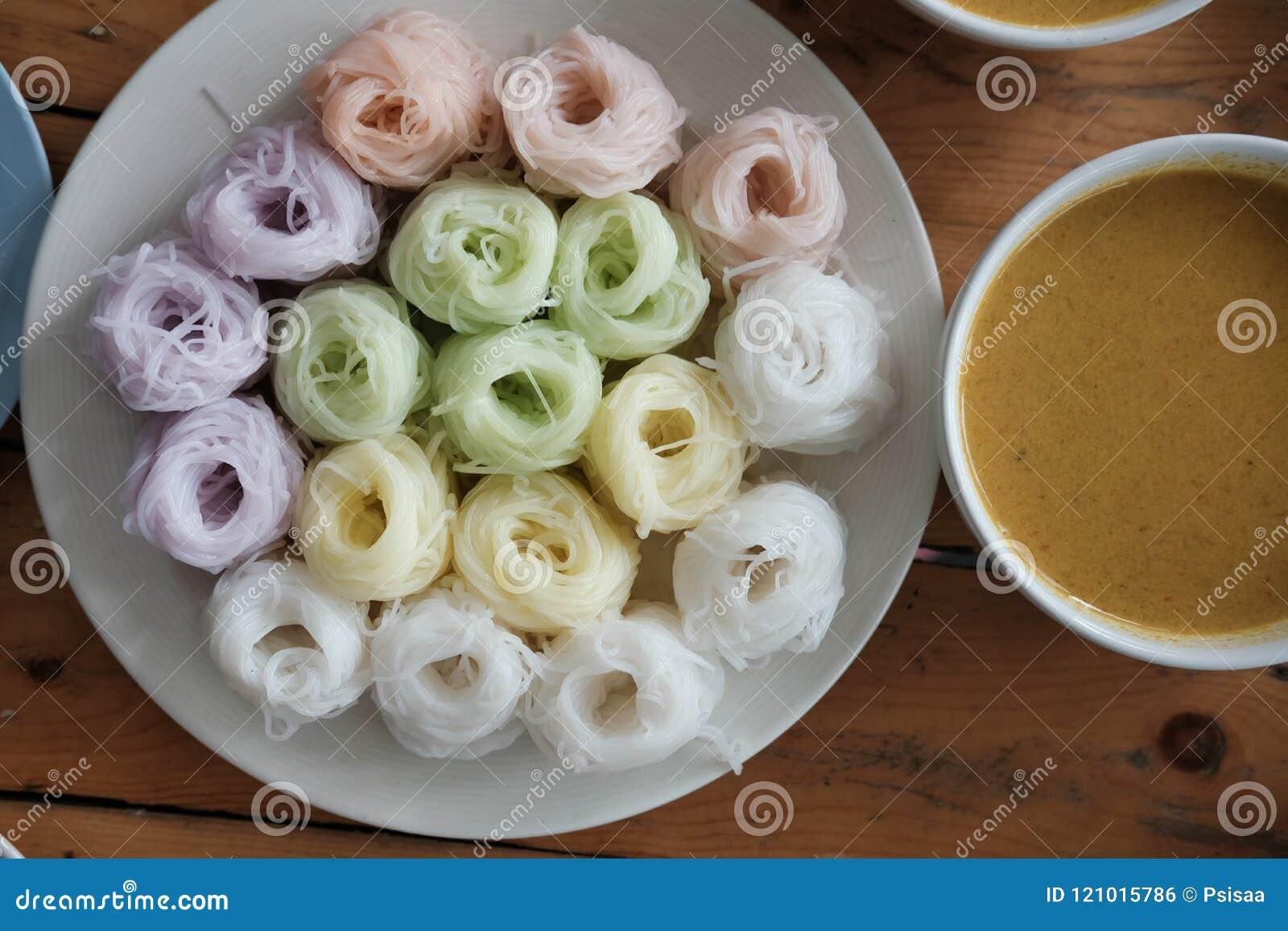 与自然草本颜色的泰国细面条 米线&咖喱s