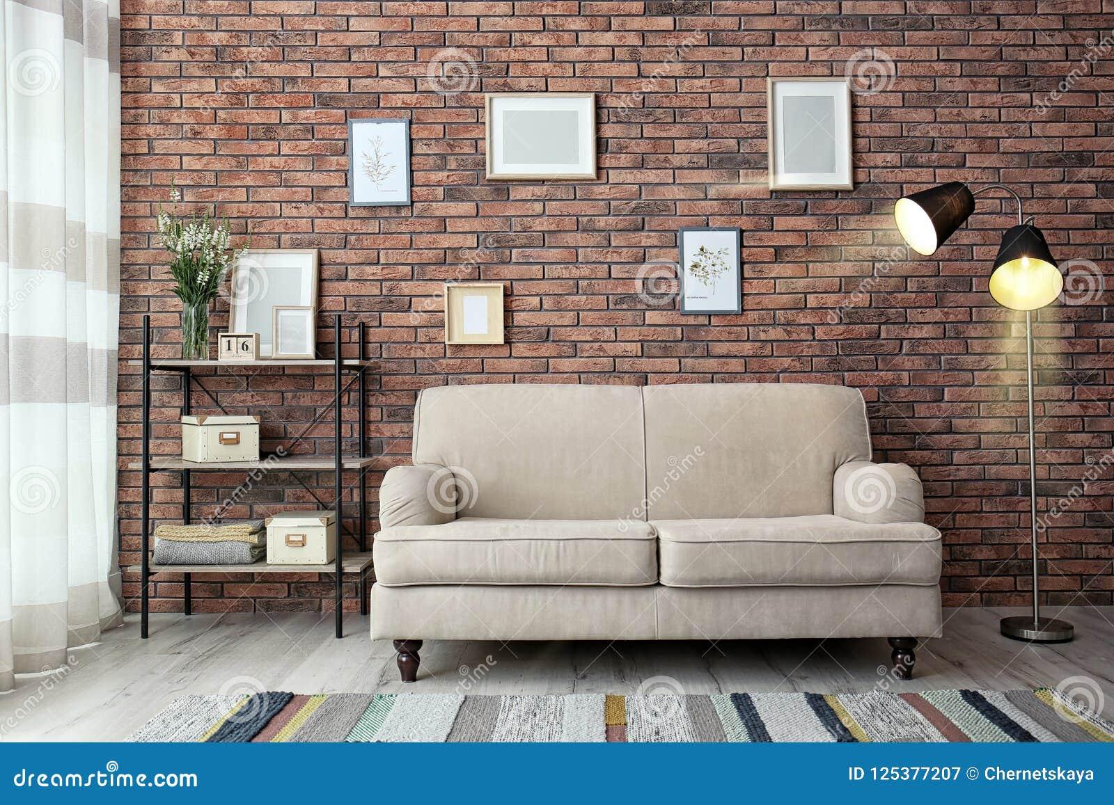 与舒适的sof的现代客厅内部