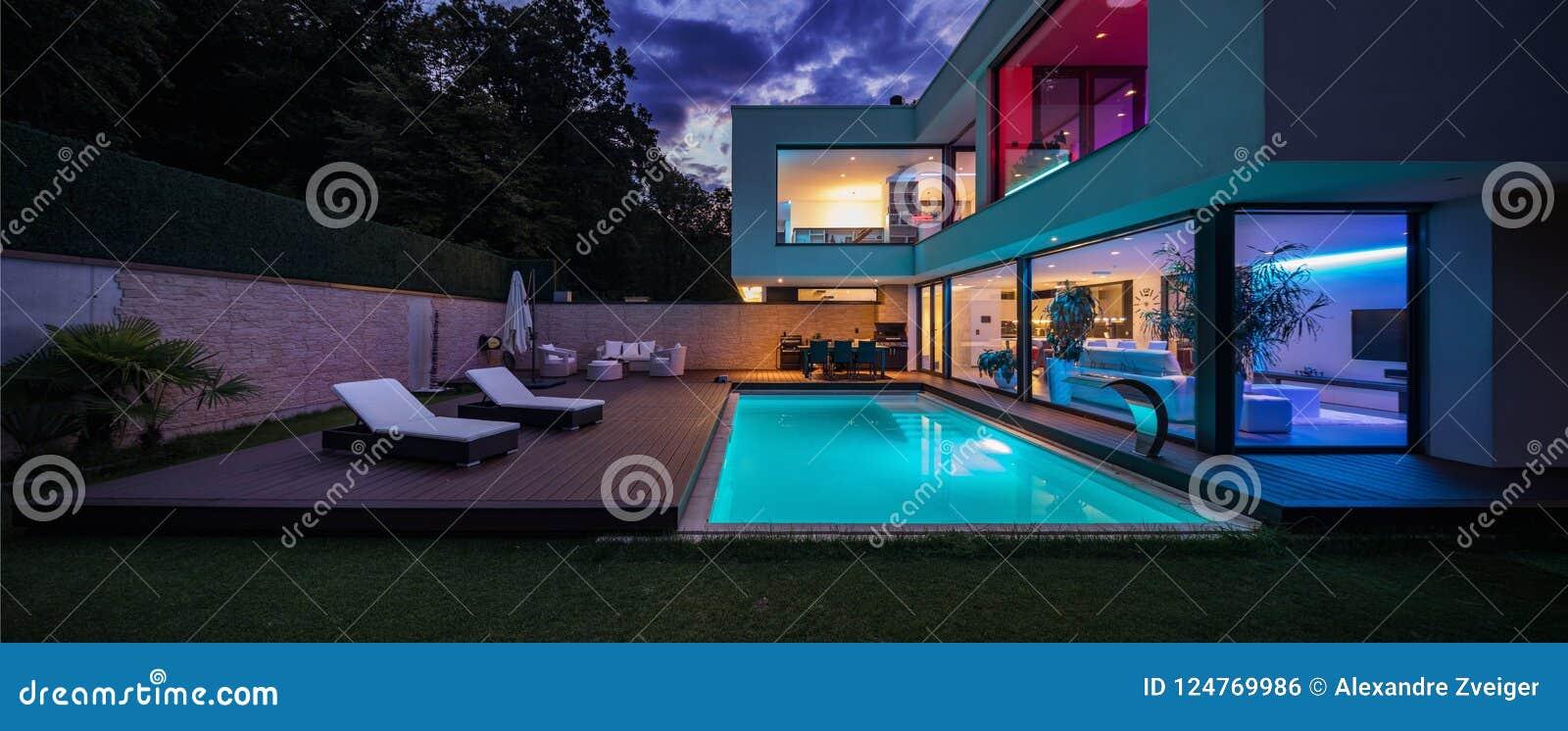 与色的被带领的光的现代别墅在晚上