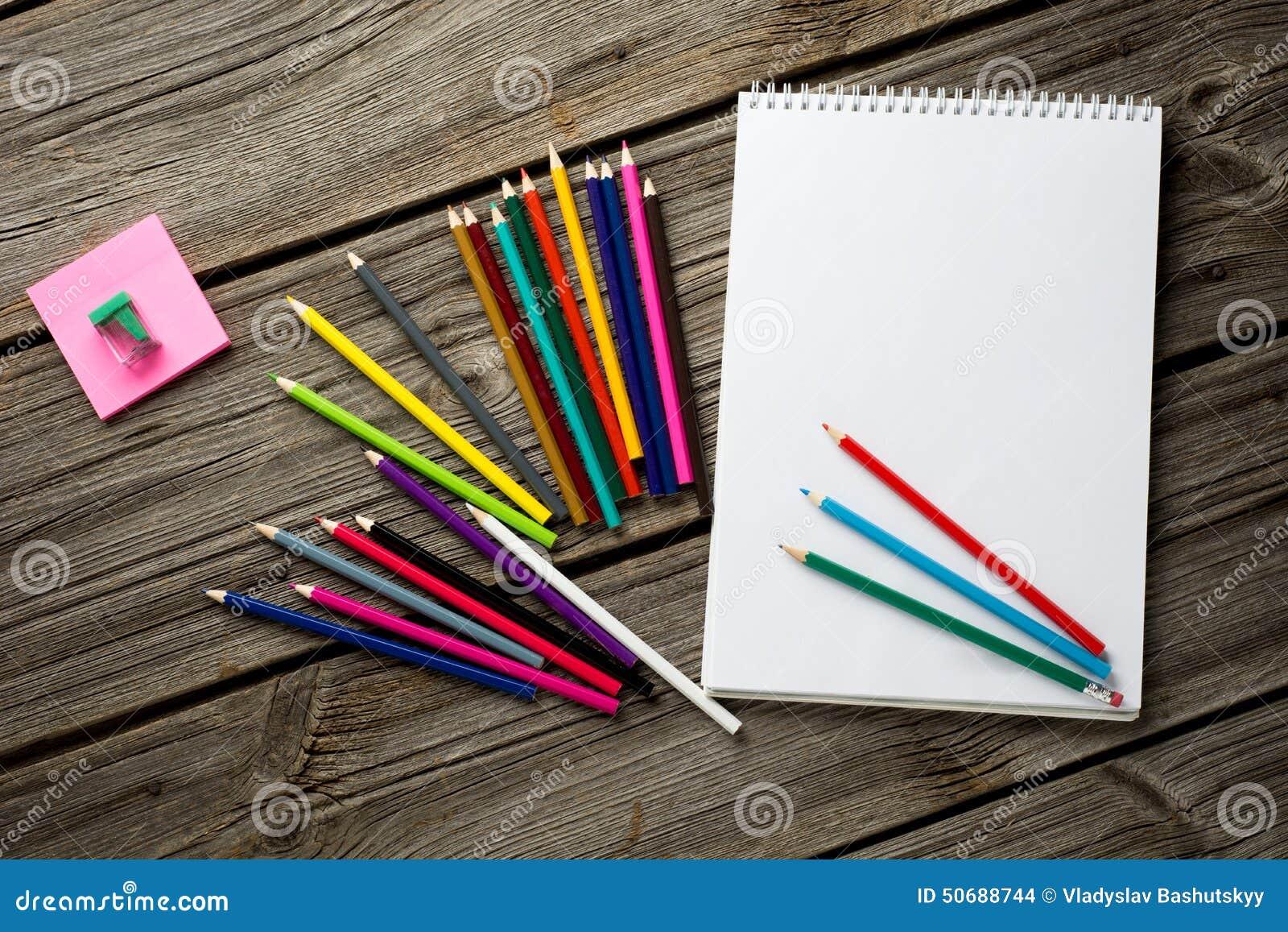 Download 与色的铅笔和笔记本的工作区在老 库存照片. 图片 包括有 切记, 消息, 纸张, 影片, 写道, 杯子, 便条 - 50688744