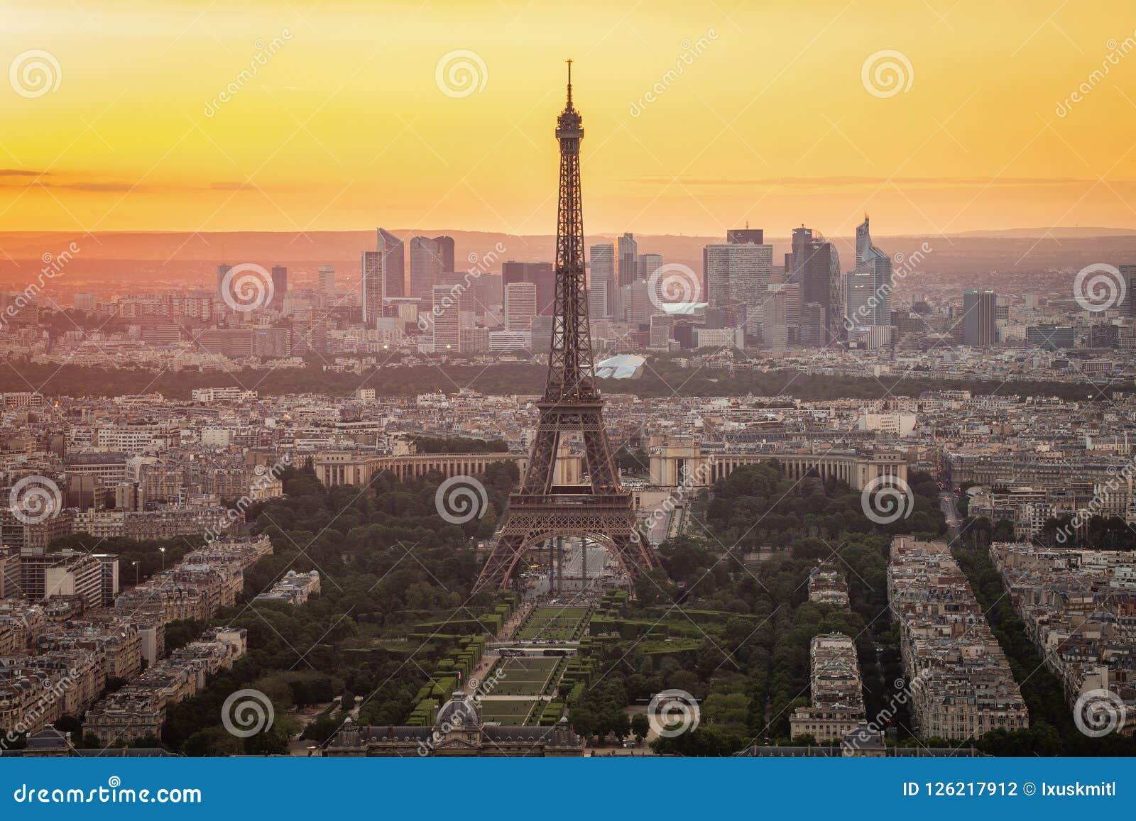 与艾菲尔铁塔的巴黎地平线日落的在巴黎市,法国