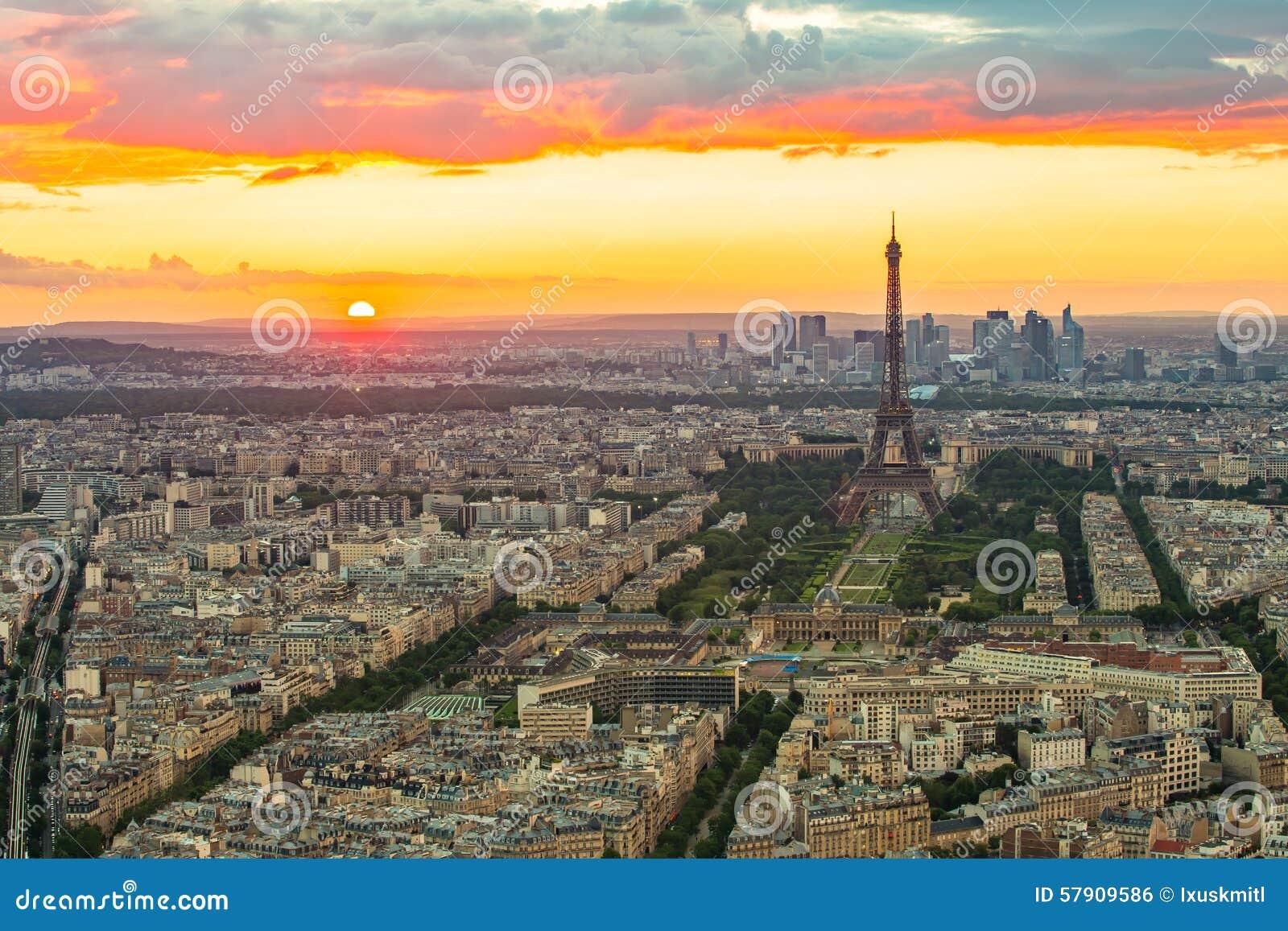 与艾菲尔铁塔的巴黎都市风景日落的