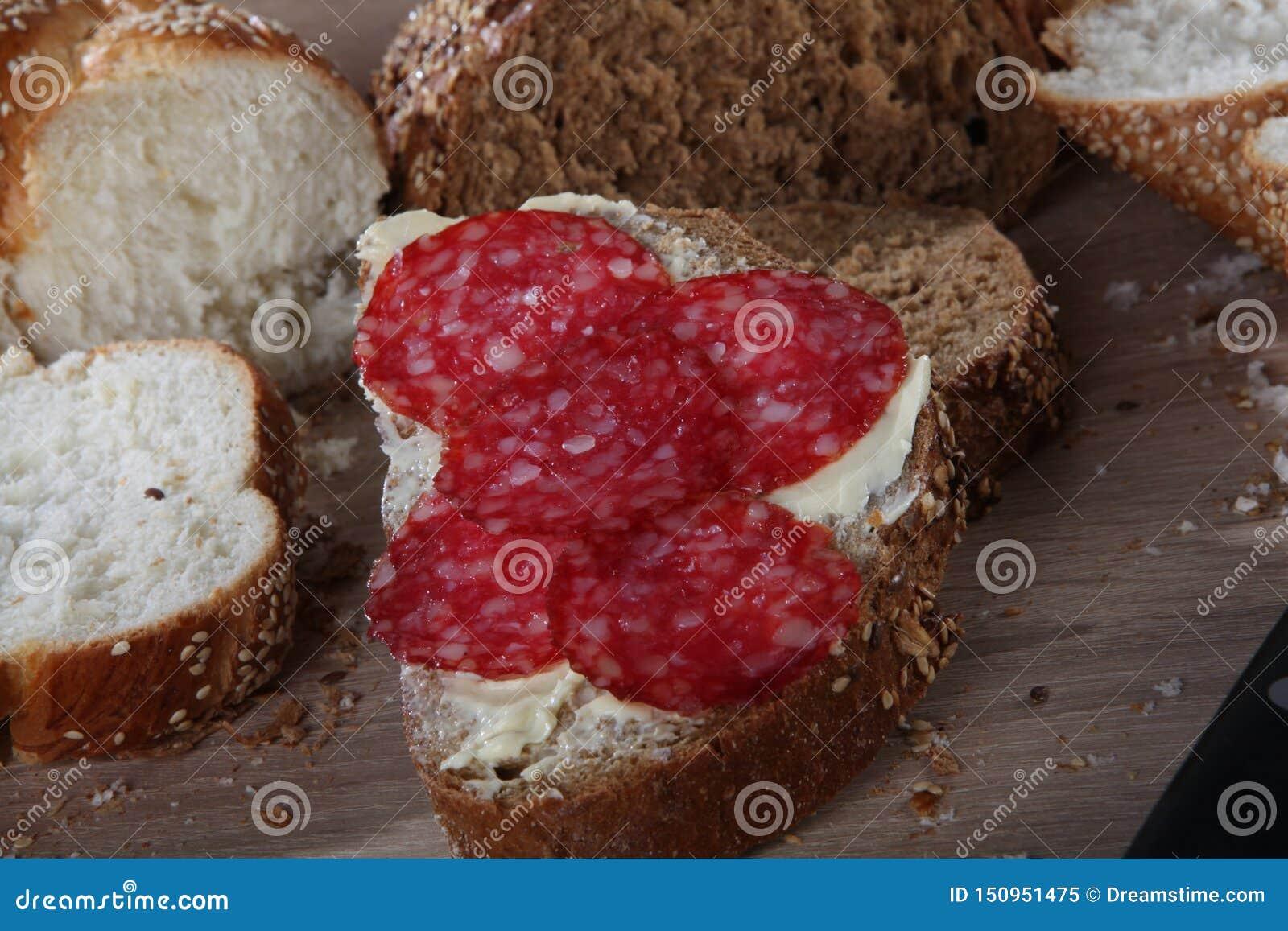 与芝麻、黄油和香肠特写镜头的面包