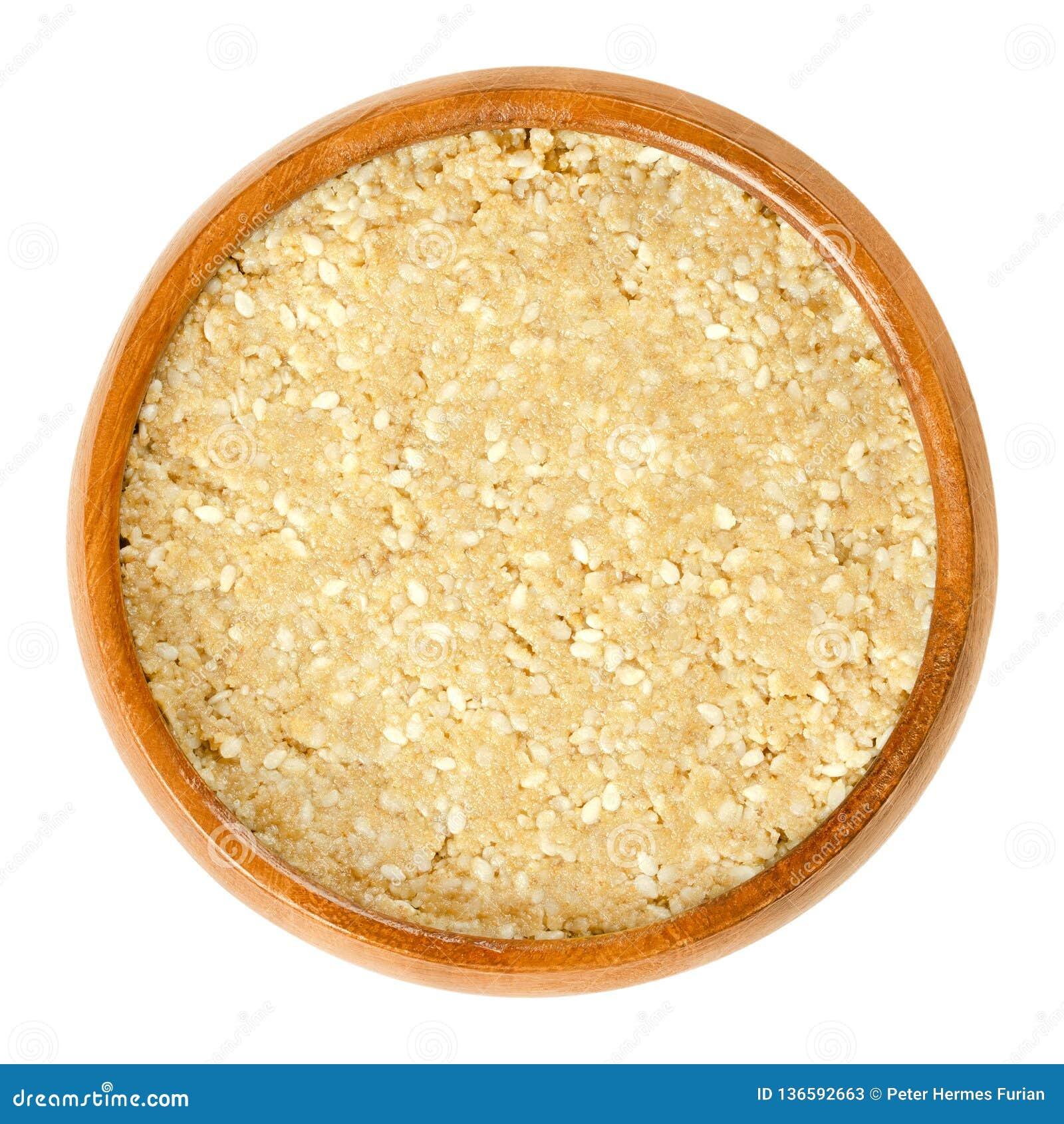 与芝麻的自创白色tahini在木碗
