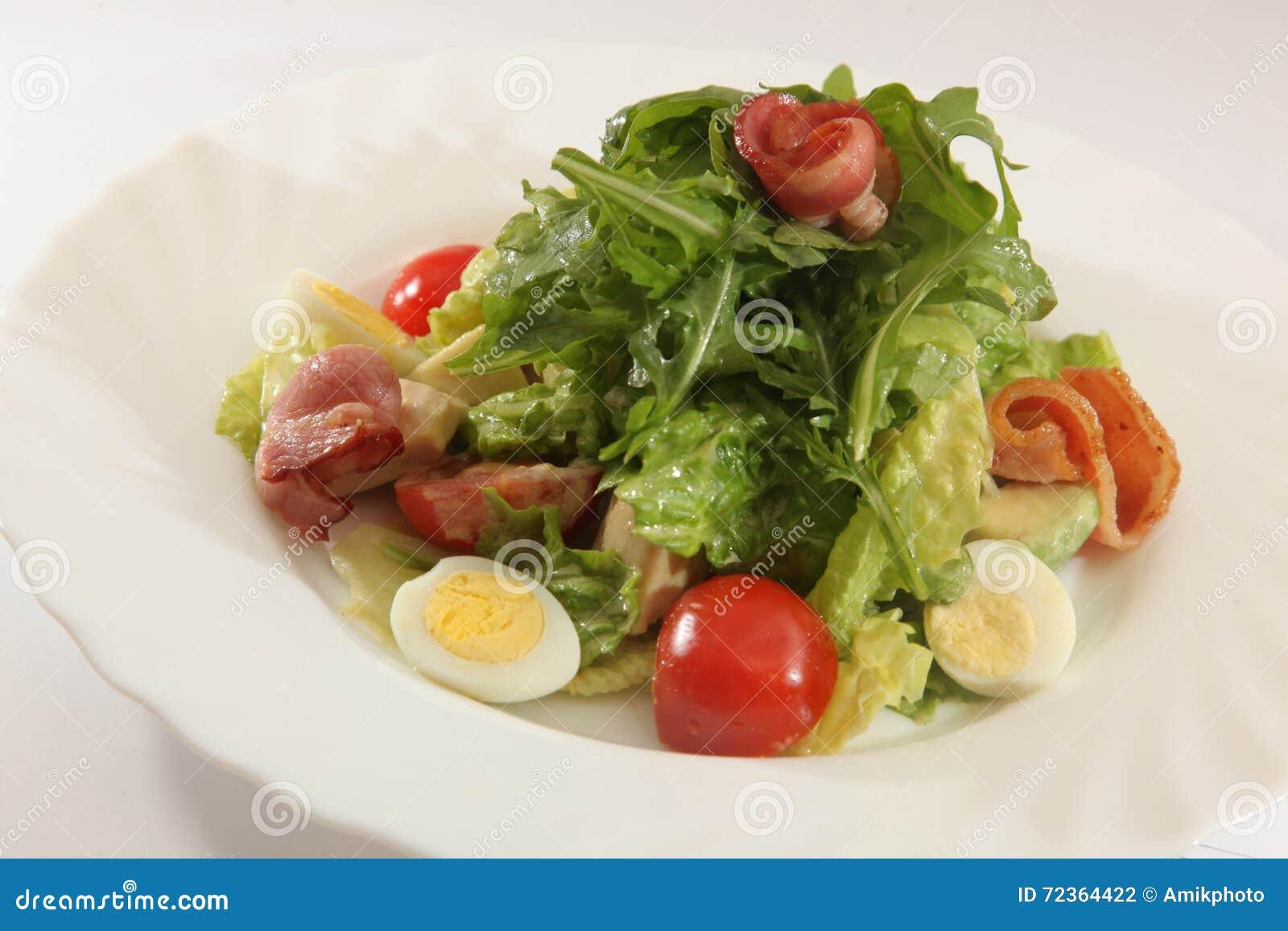 与芝麻菜和鸡蛋的沙拉
