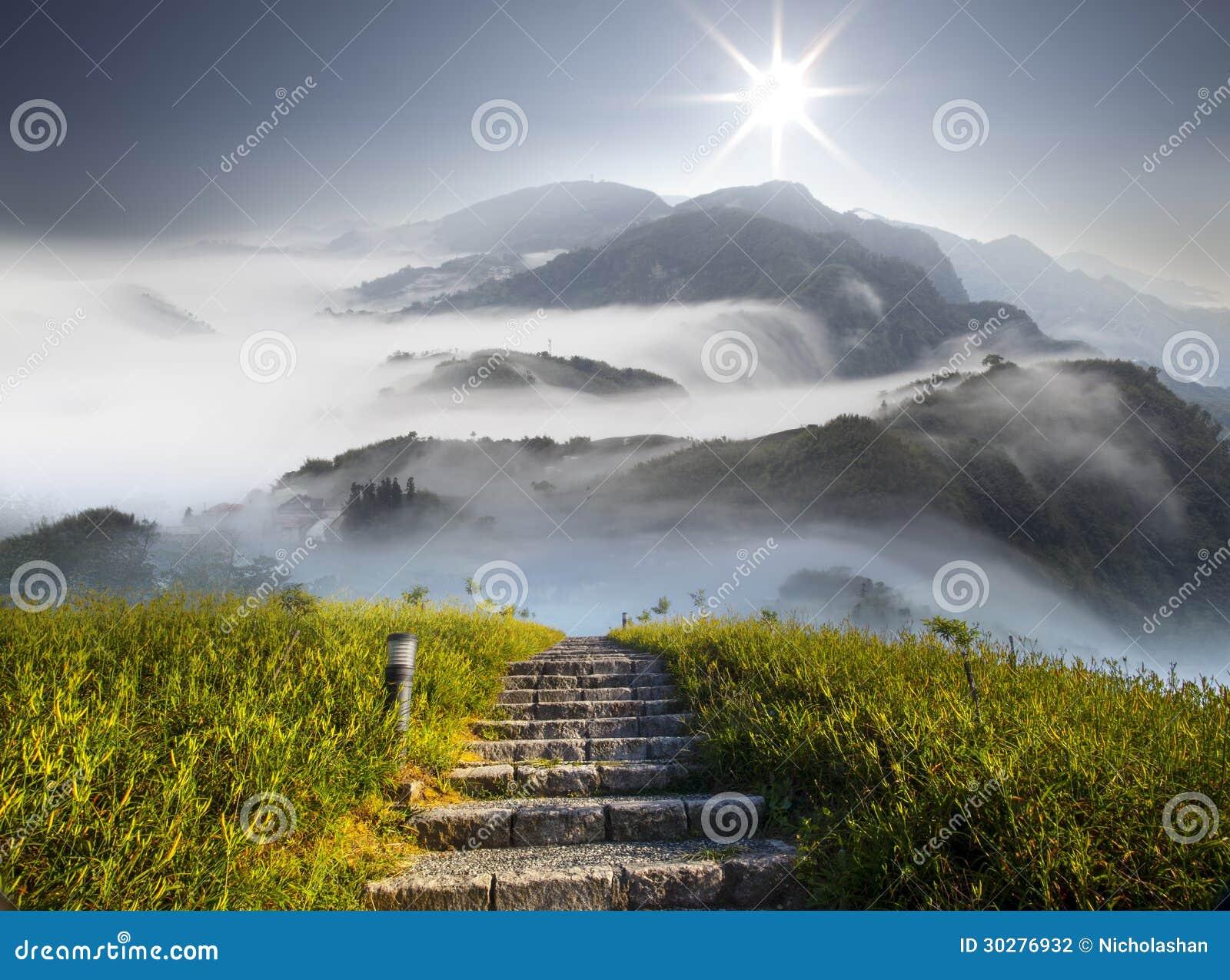 与花和云彩的好的山