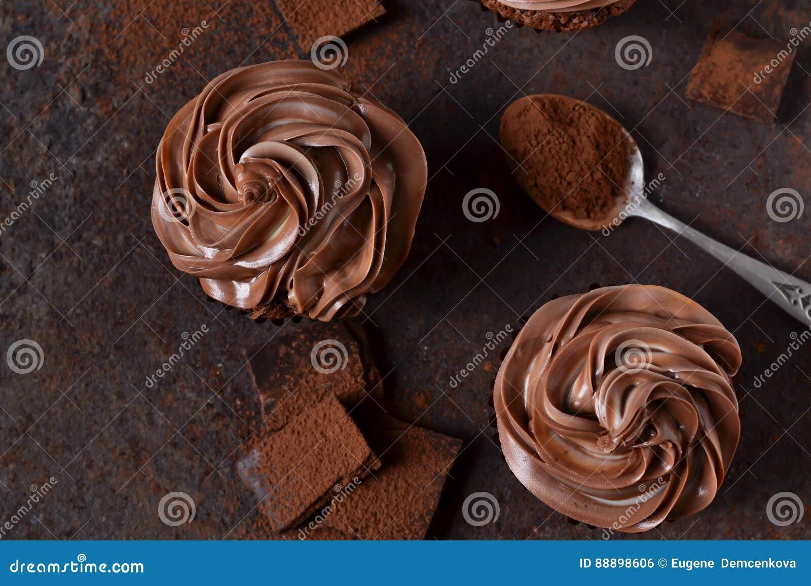 与花生酱的巧克力杯形蛋糕