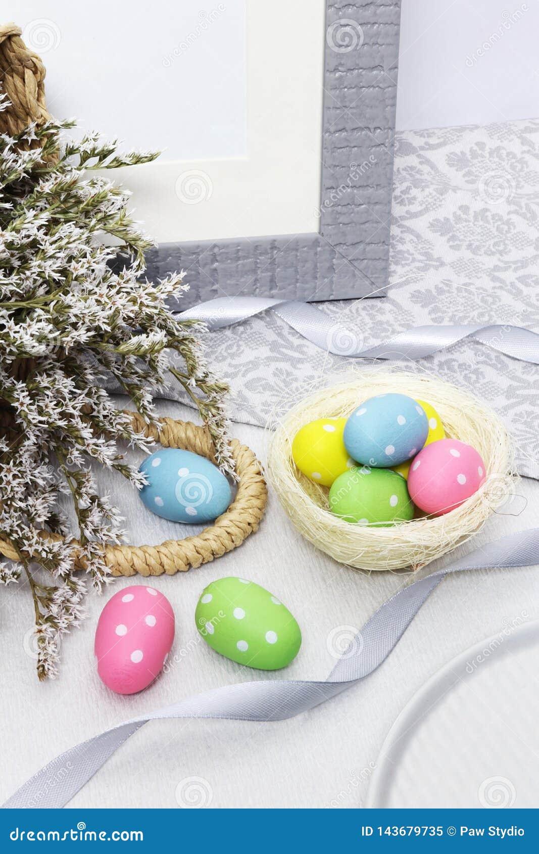 与花的复活节彩蛋在桌上