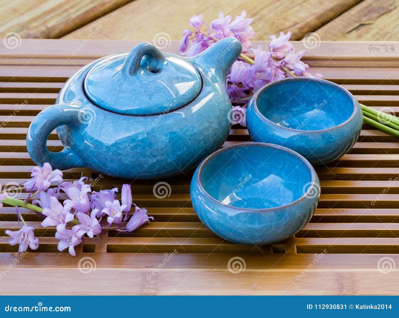 与花装饰的陶瓷中国茶具