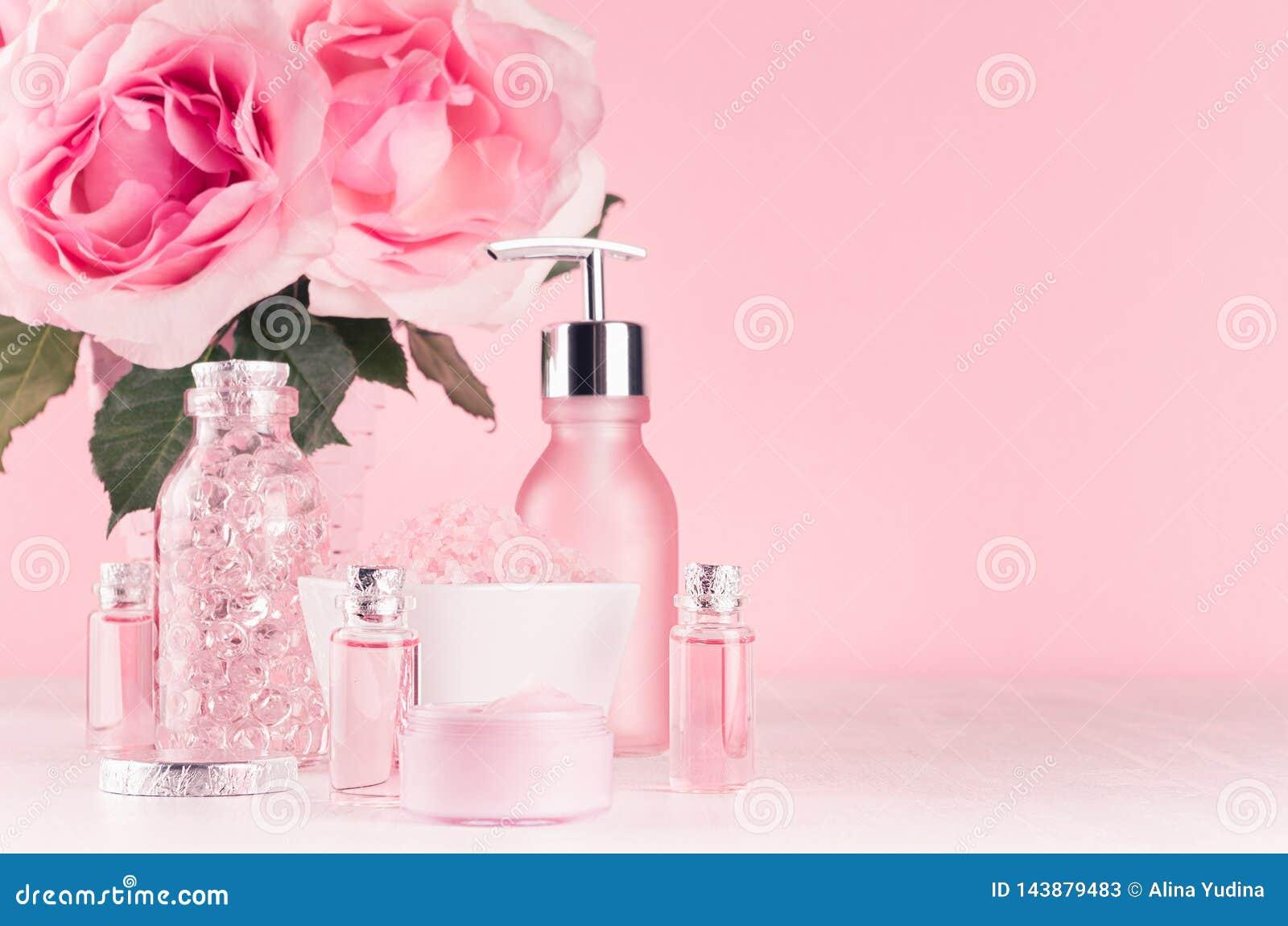 与花,化妆用品产品的柔和的少女梳妆台-玫瑰油,腌制槽用食盐,奶油,香水,棉花毛巾,瓶,碗