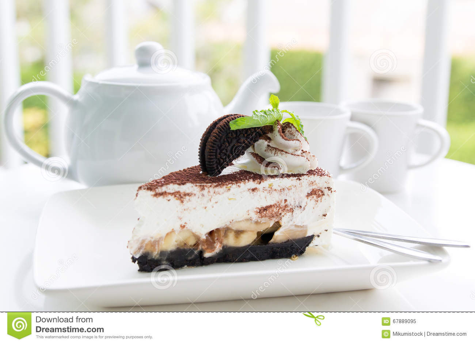 与茶具的巧克力蛋糕在庭院里