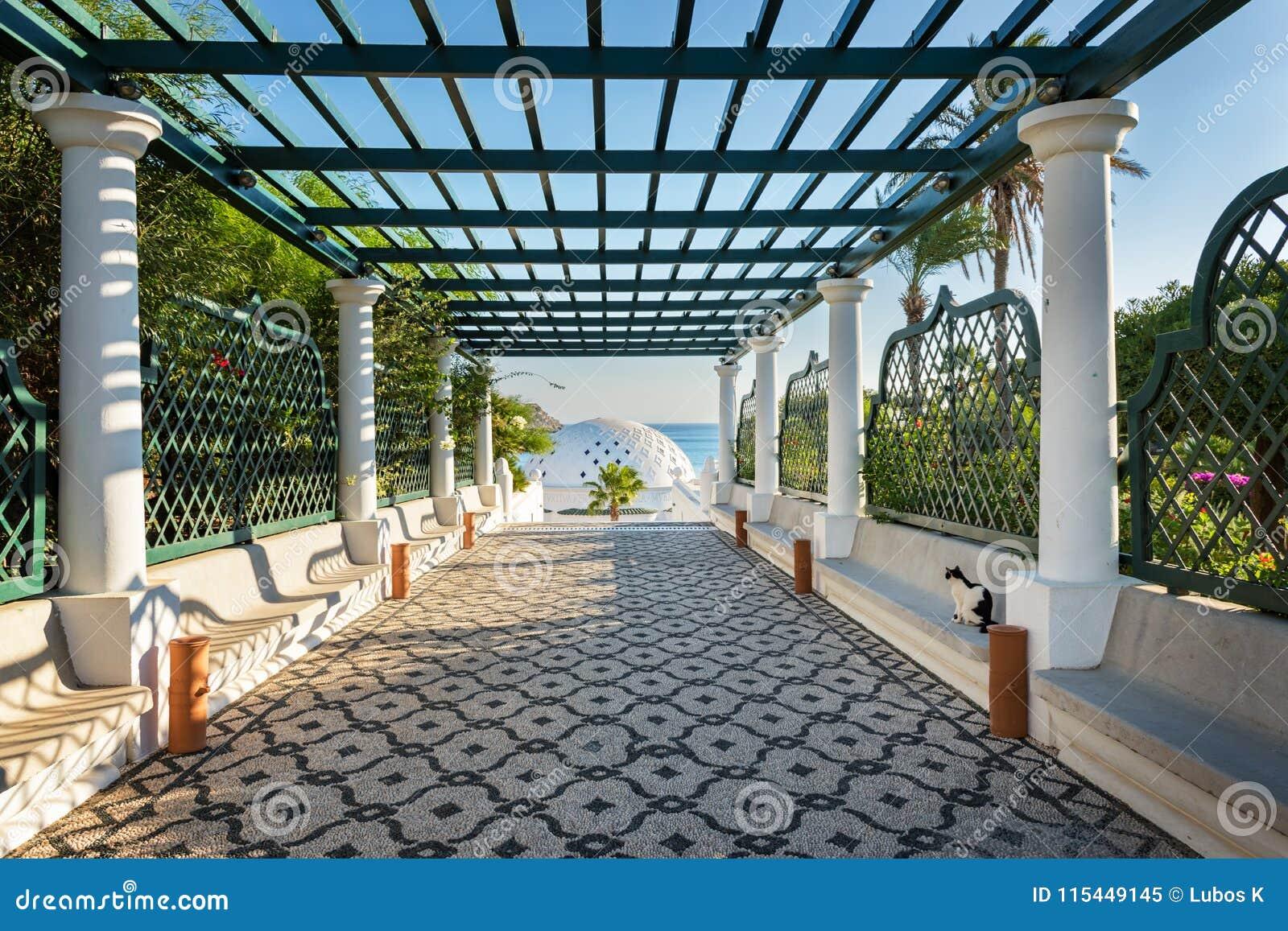 与荫径的方式覆以圆顶在Kalithea罗得岛,希腊-发短信给tra