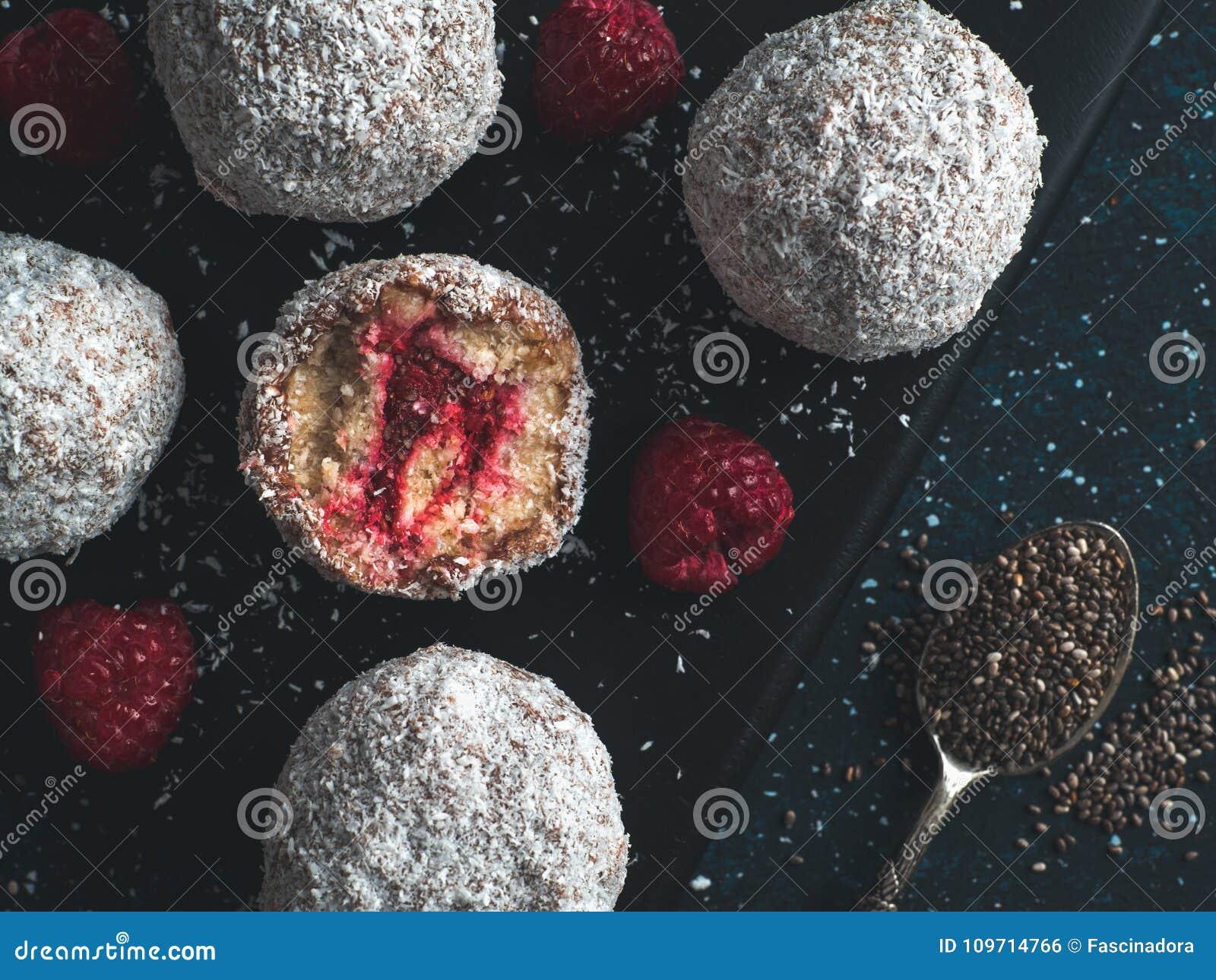 与莓chia的未加工的lamington极乐球阻塞