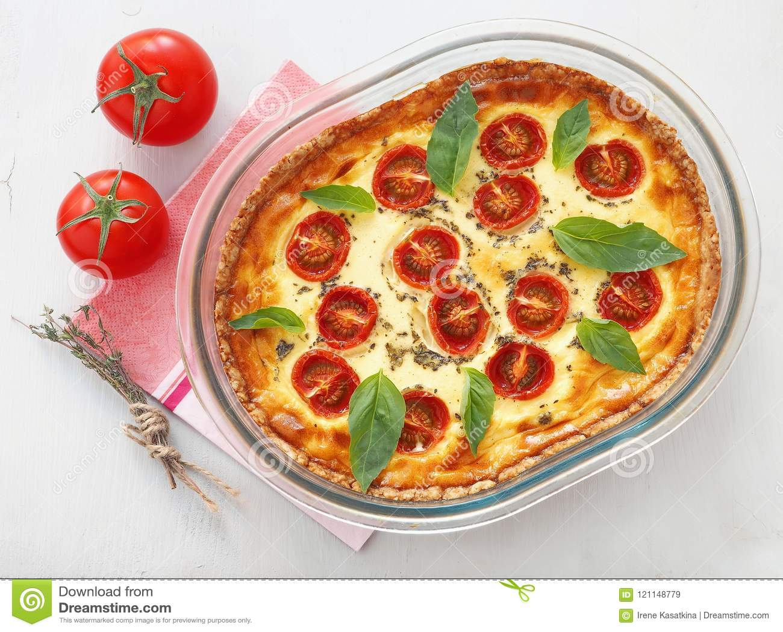 与菜和乳酪的土气饼 法国乳蛋饼 素食馅饼用菠菜、乳清干酪和西红柿