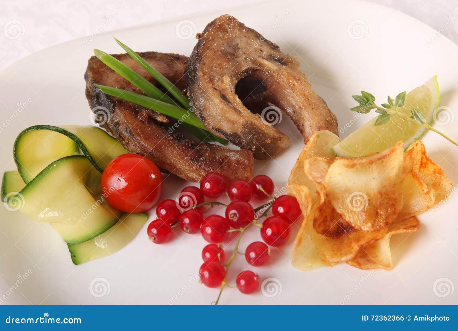 与菜和小汤的鱼