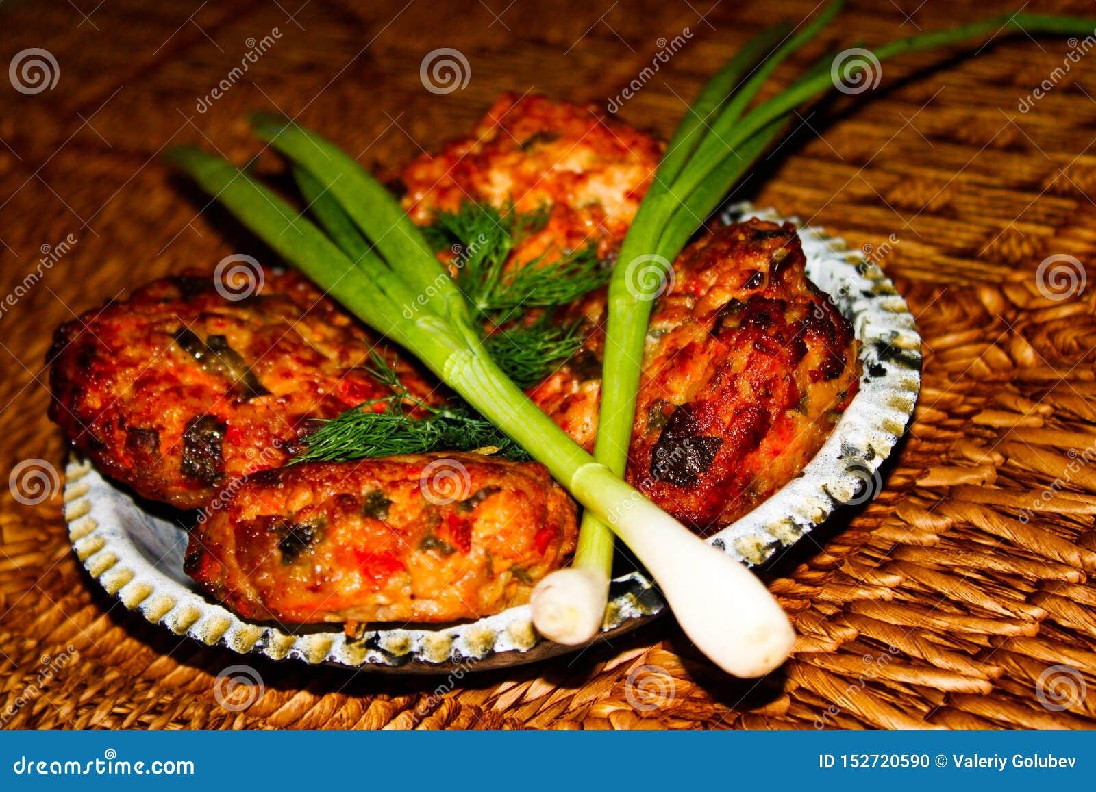 与菜和草本的煮熟的自创肉炸肉排