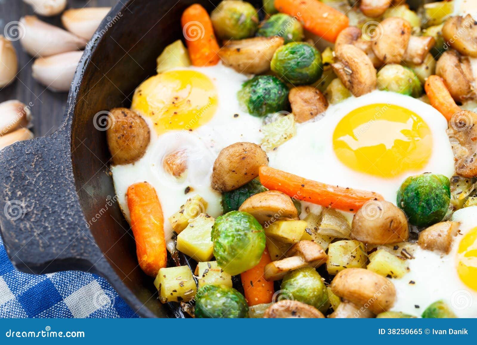 与菜和蘑菇的被烘烤的鸡蛋