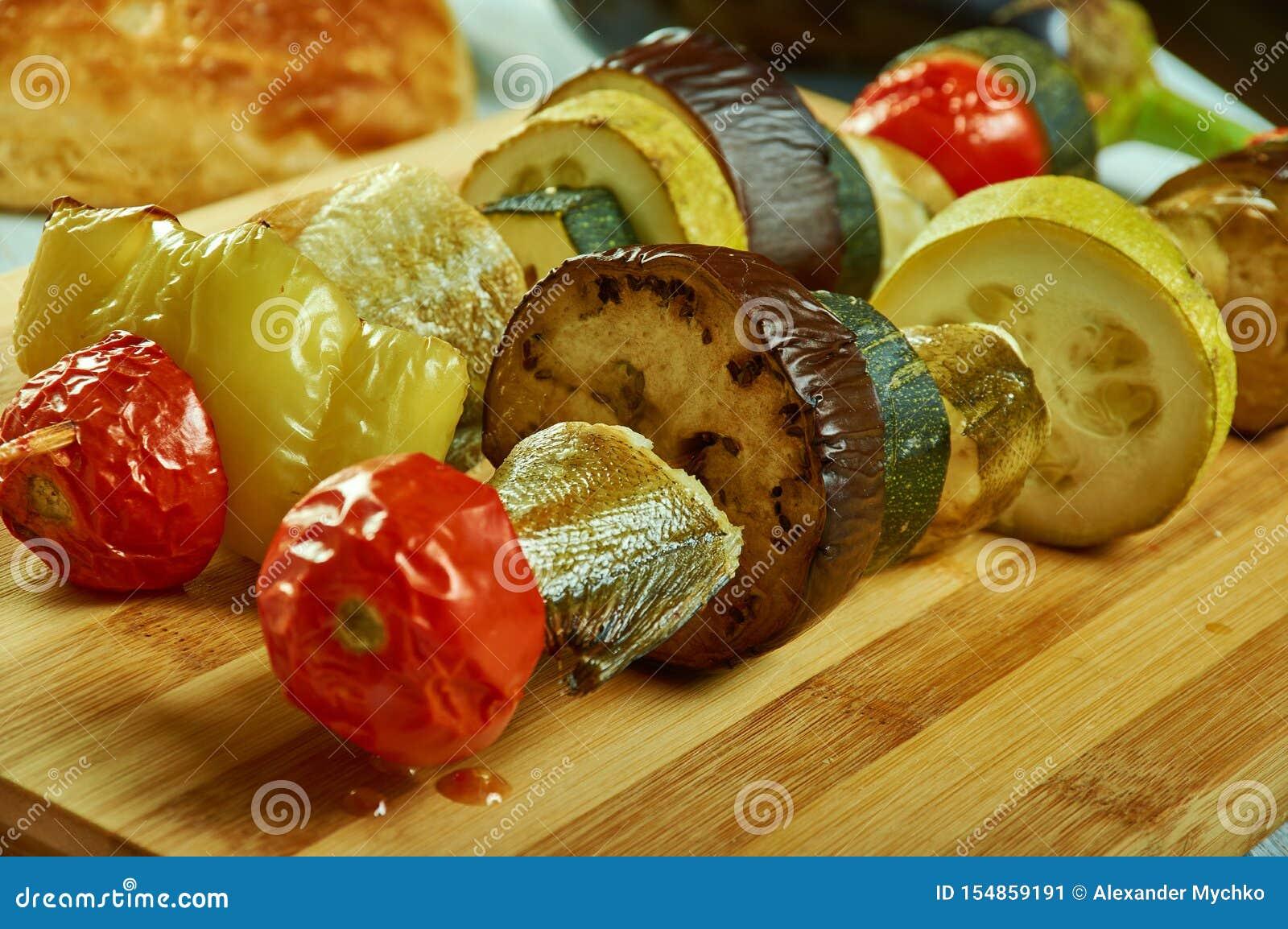 与菜的西西里人的鳕鱼kebab