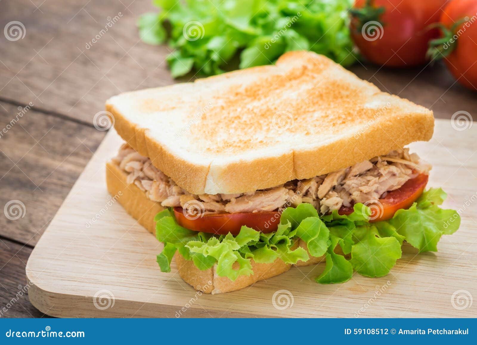 与菜的金枪鱼三明治在木板材