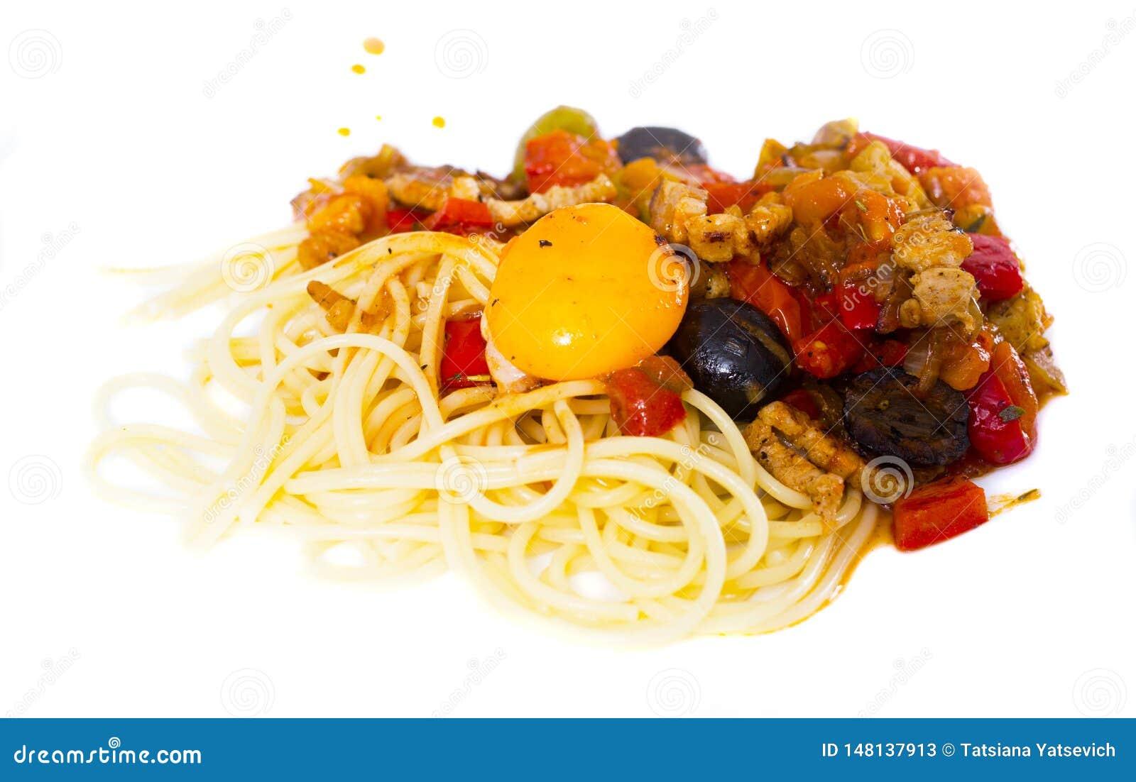 与菜的面团烤了在白色板材的肉和烤蛋卵黄质