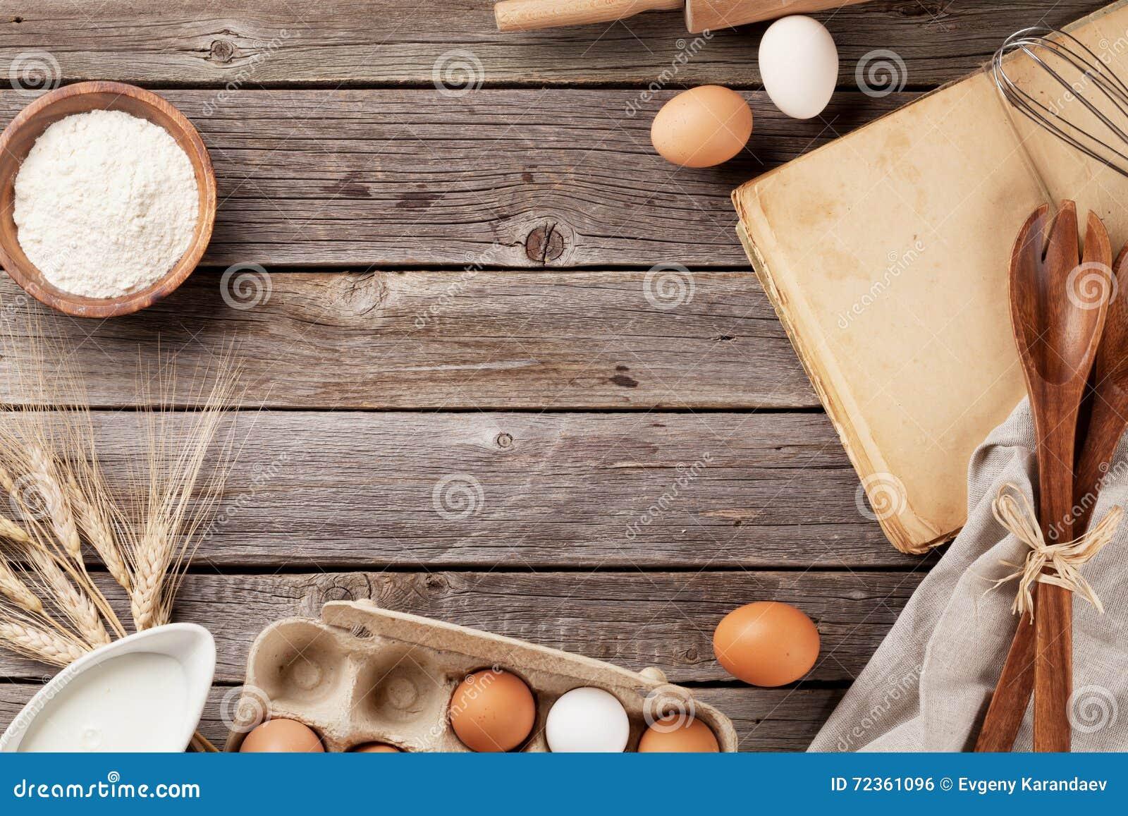 与菜谱、器物和成份的厨房用桌