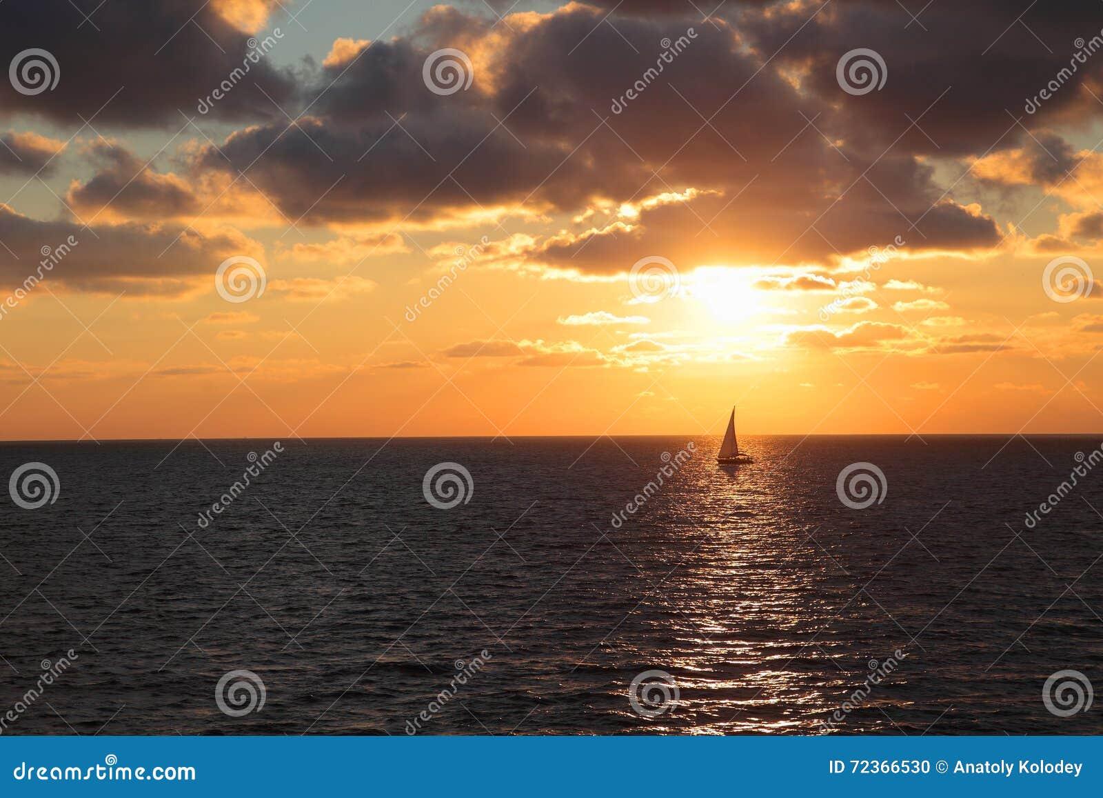 与落日和游艇的海景