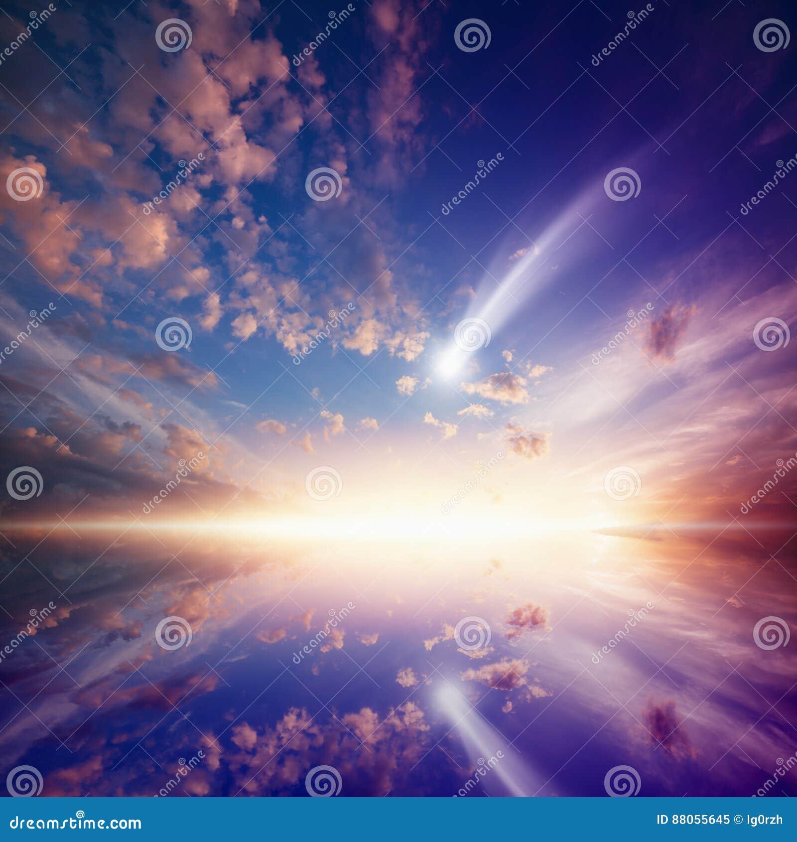 与落的彗星的Amazingl发光的日落